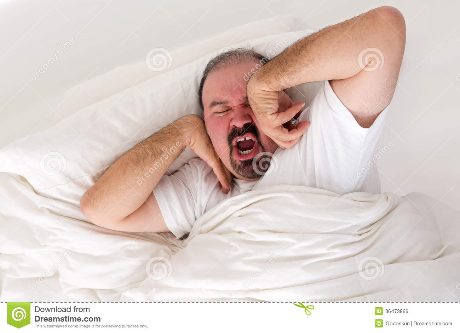 Homme fatigué s étirant dans un effort de se réveiller