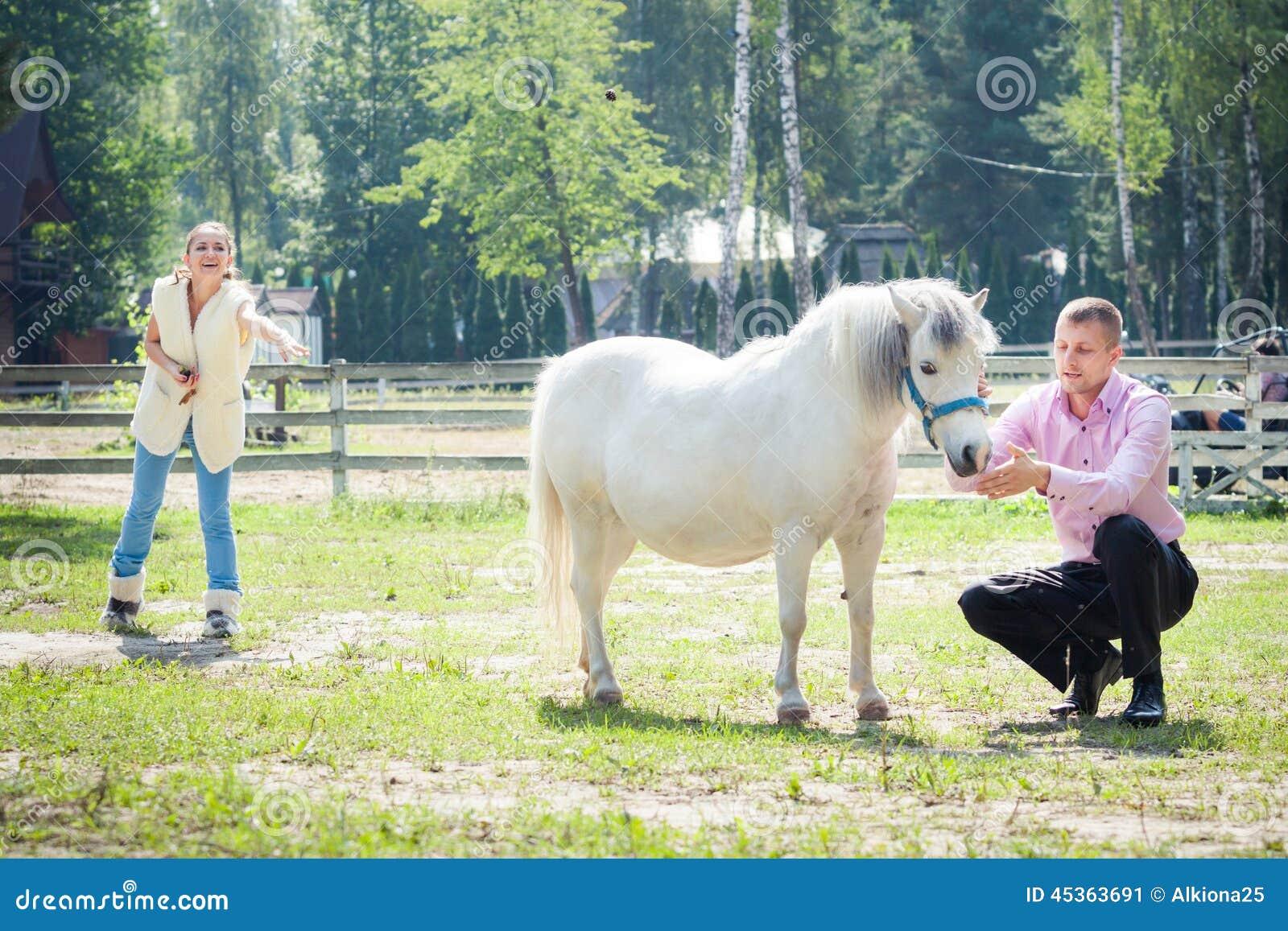 Homme, fille et cheval