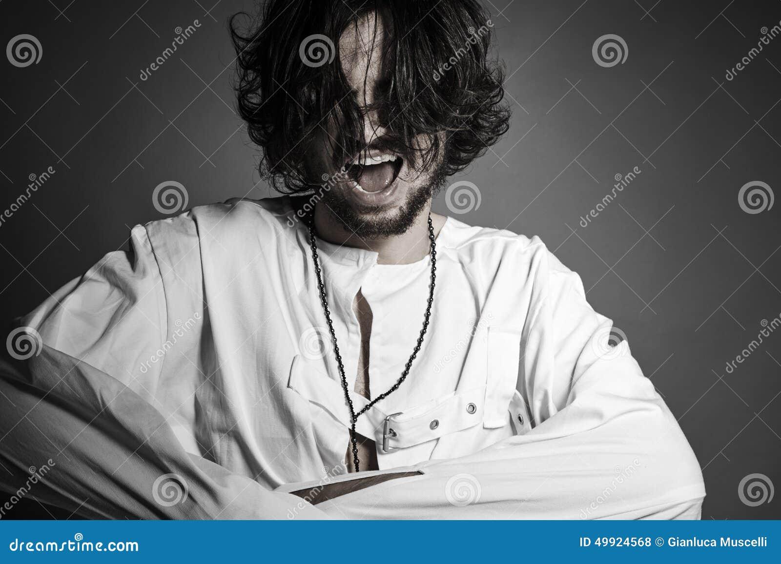 Homme fol avec l essai criard de camisole de force de casser gratuit