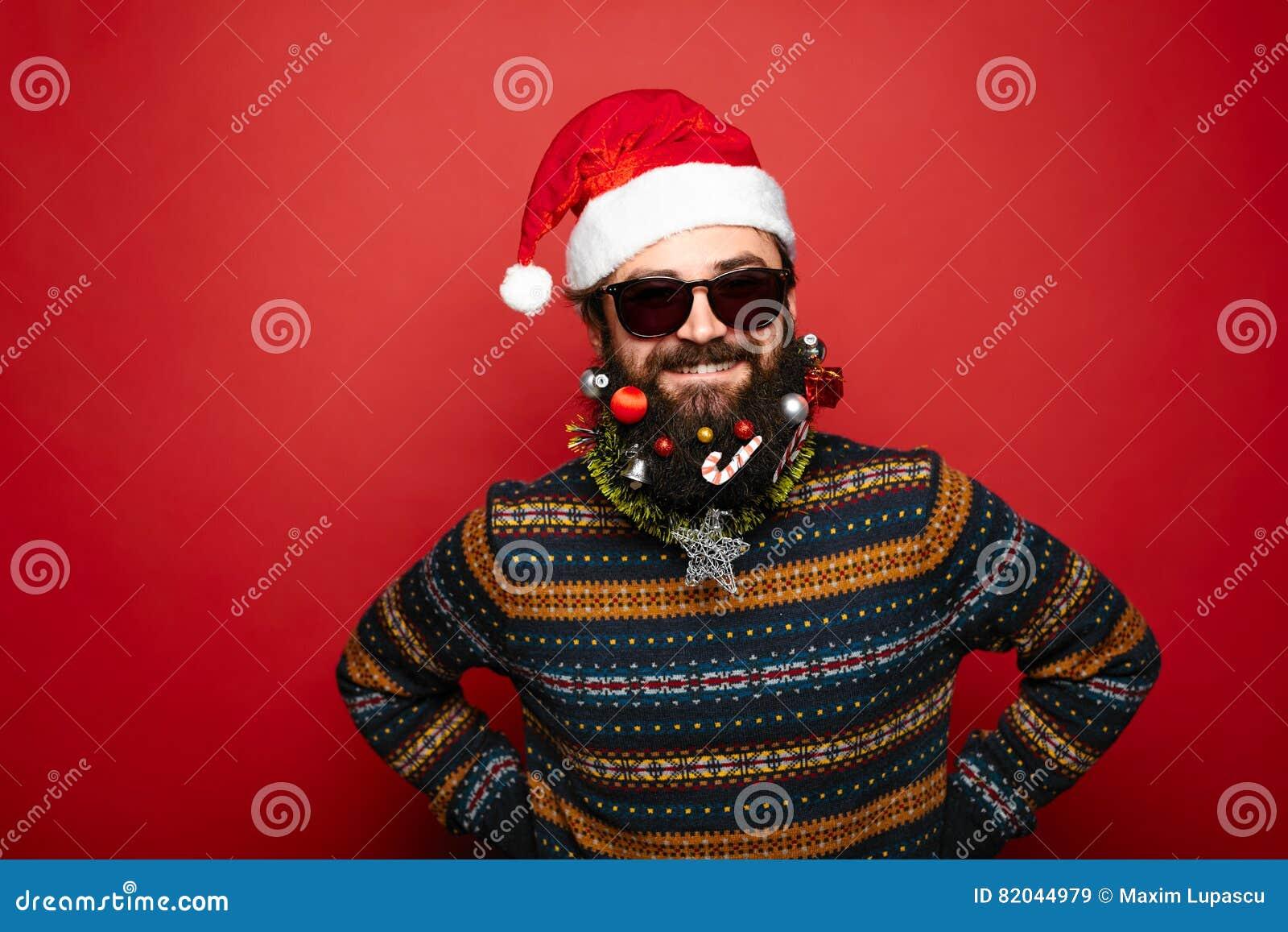 Homme frais habillé comme Santa Claus au-dessus de fond rouge