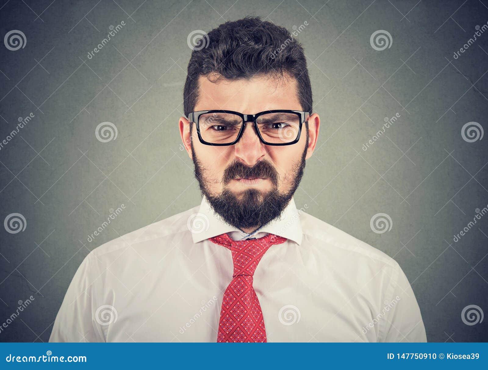 Homme grincheux f?ch? regardant tr?s contrari?