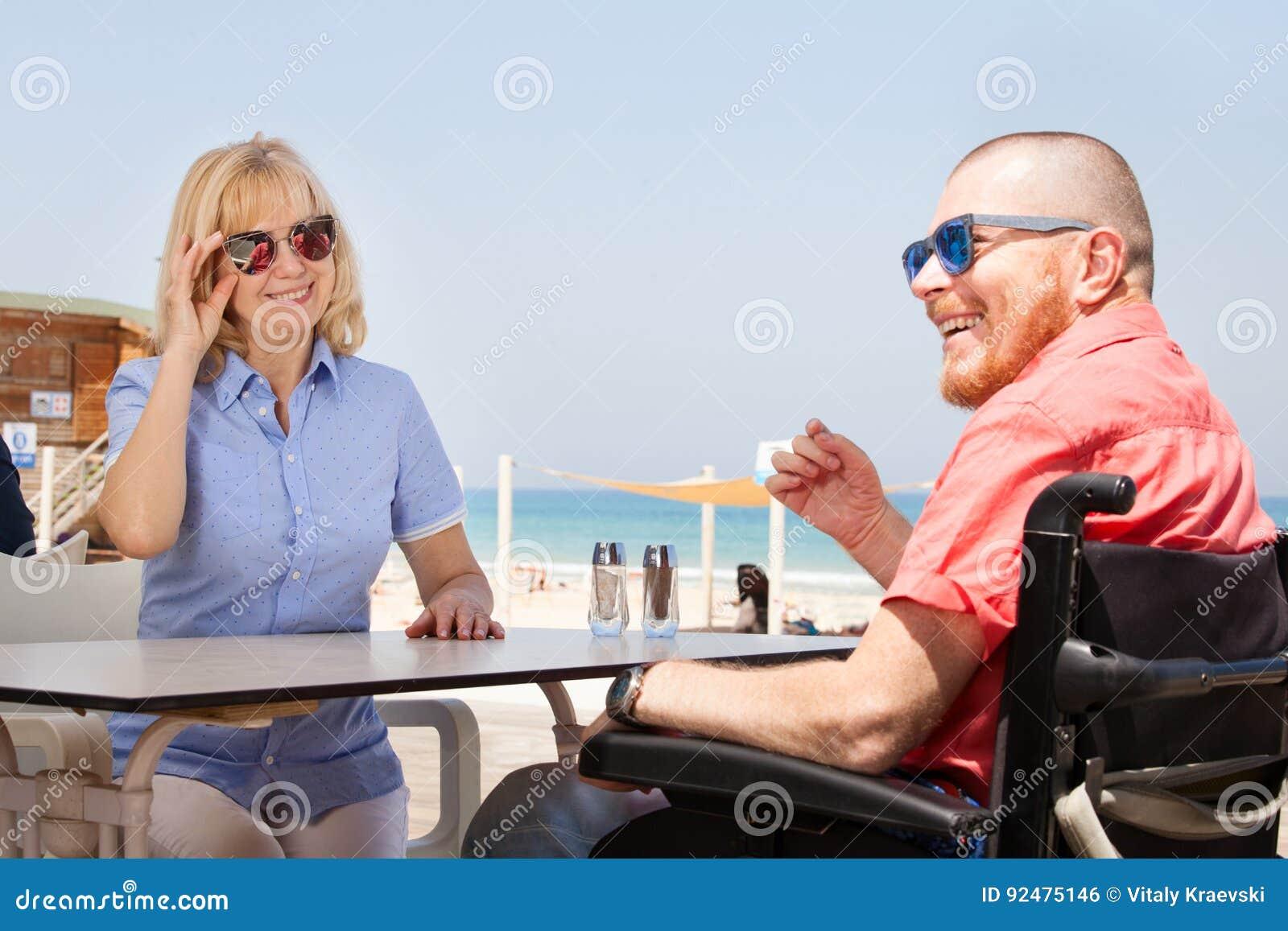 Homme handicapé avec son épouse ayant l amusement tout en se reposant au coffe