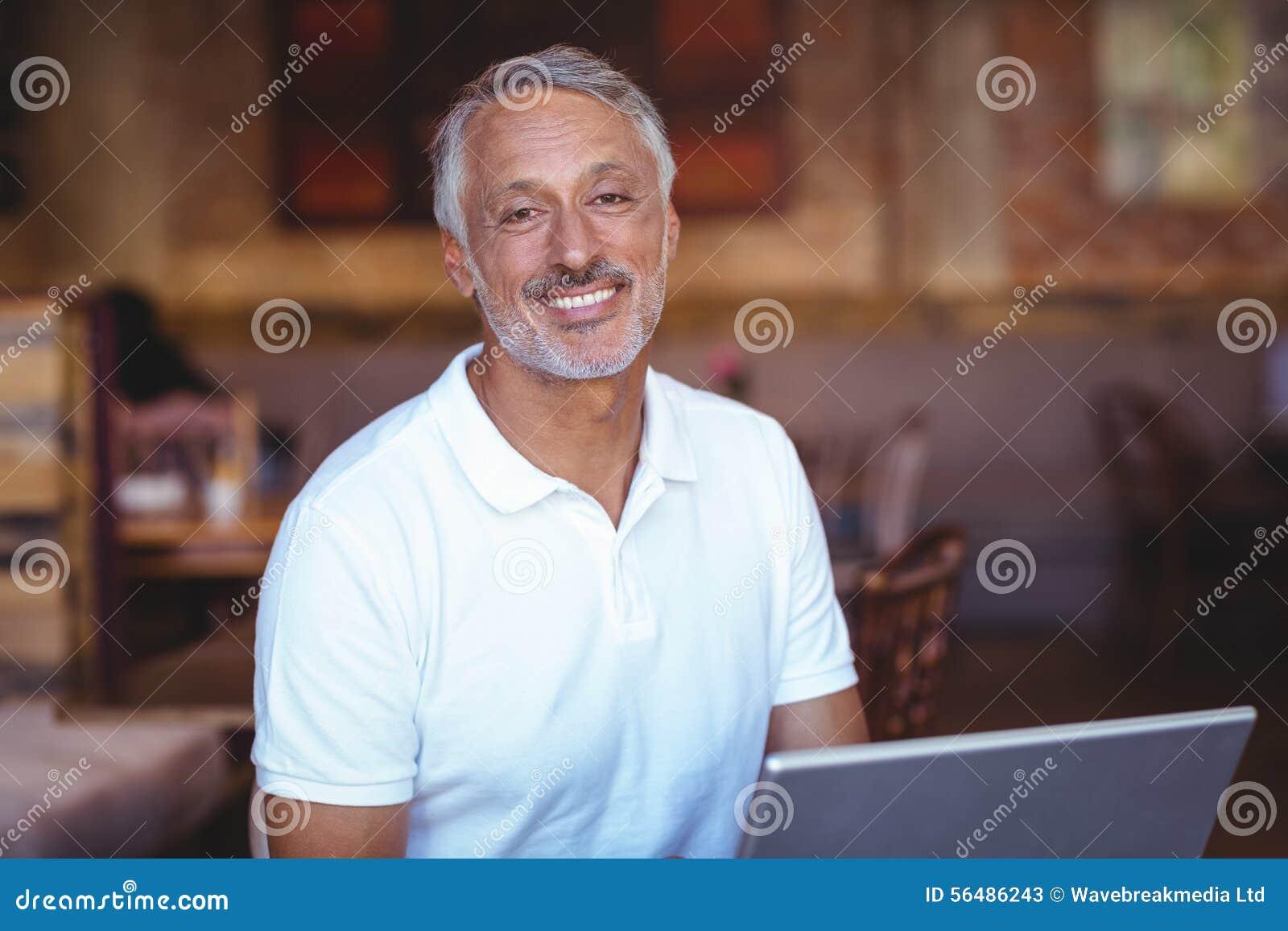 Homme heureux à l aide de son ordinateur portable