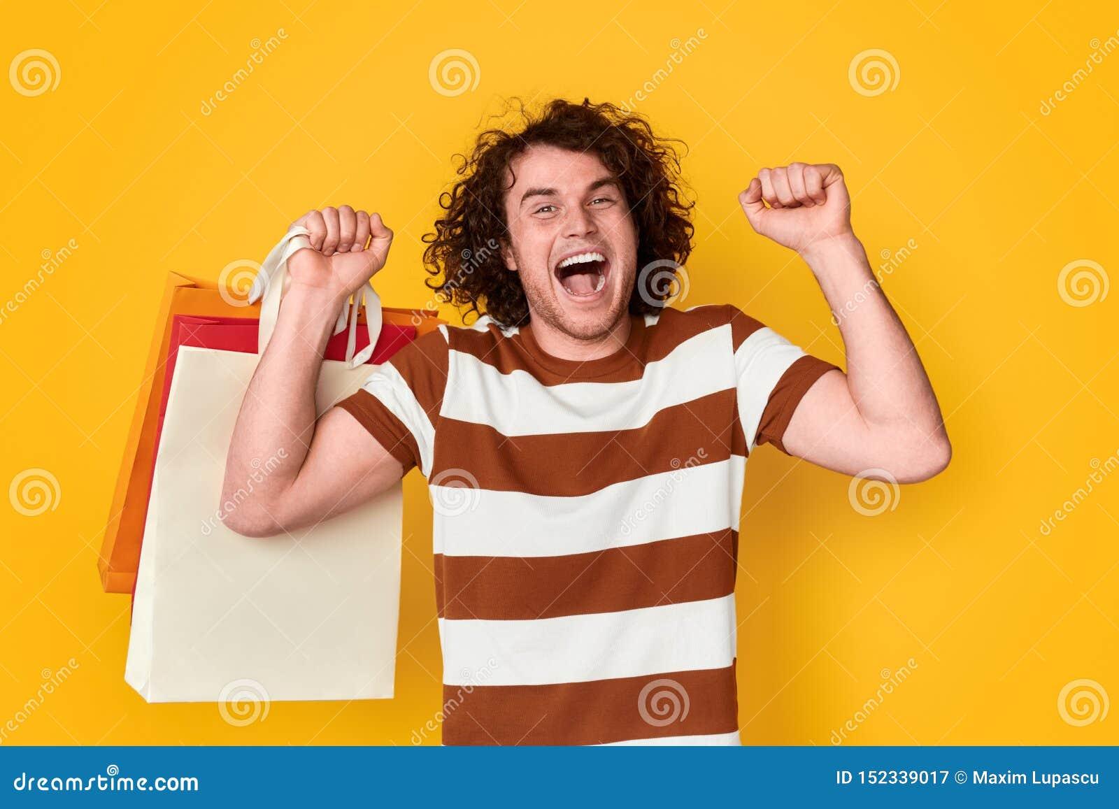 Homme heureux appréciant Black Friday