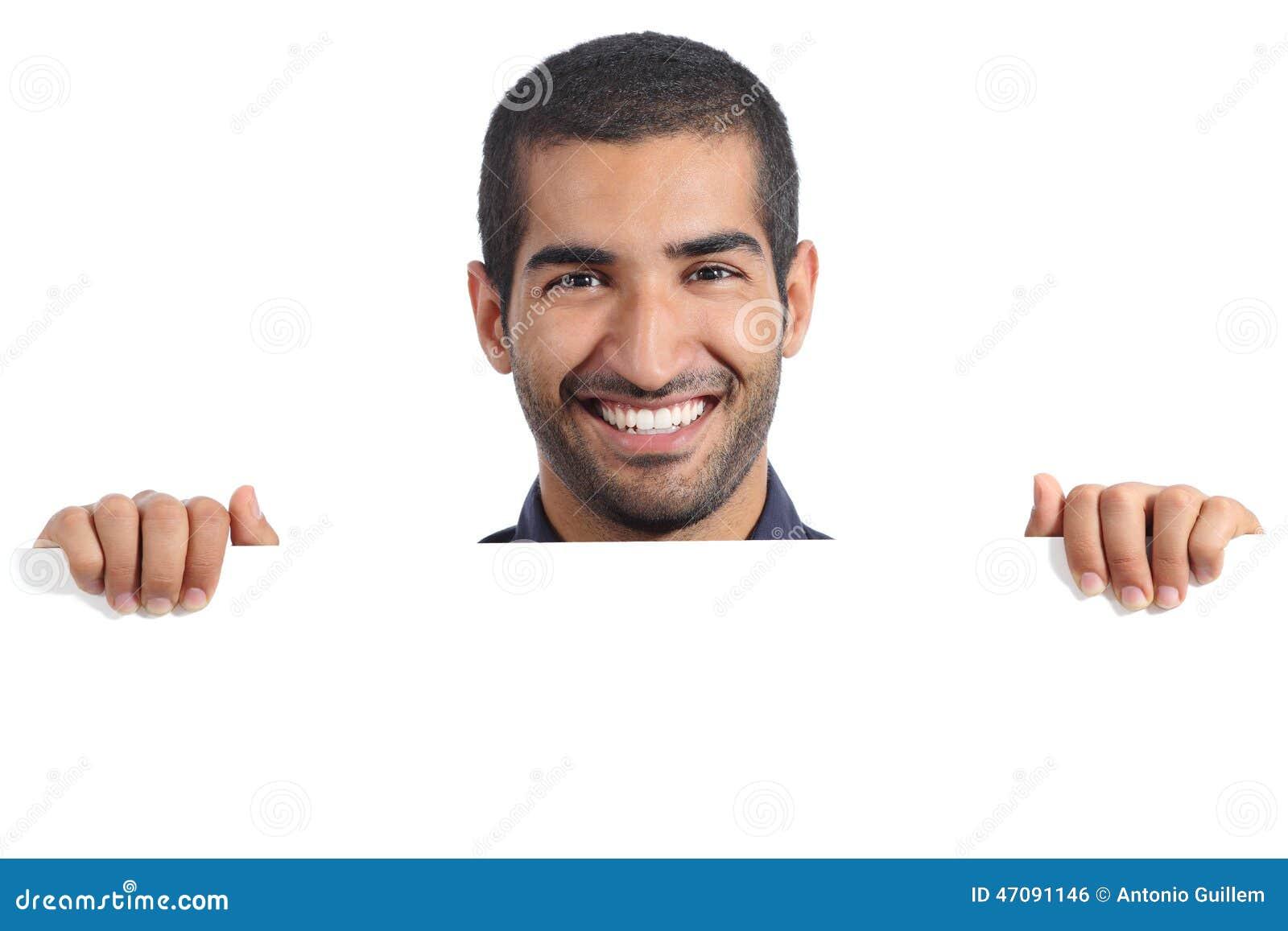 Homme heureux arabe tenant une bannière vide