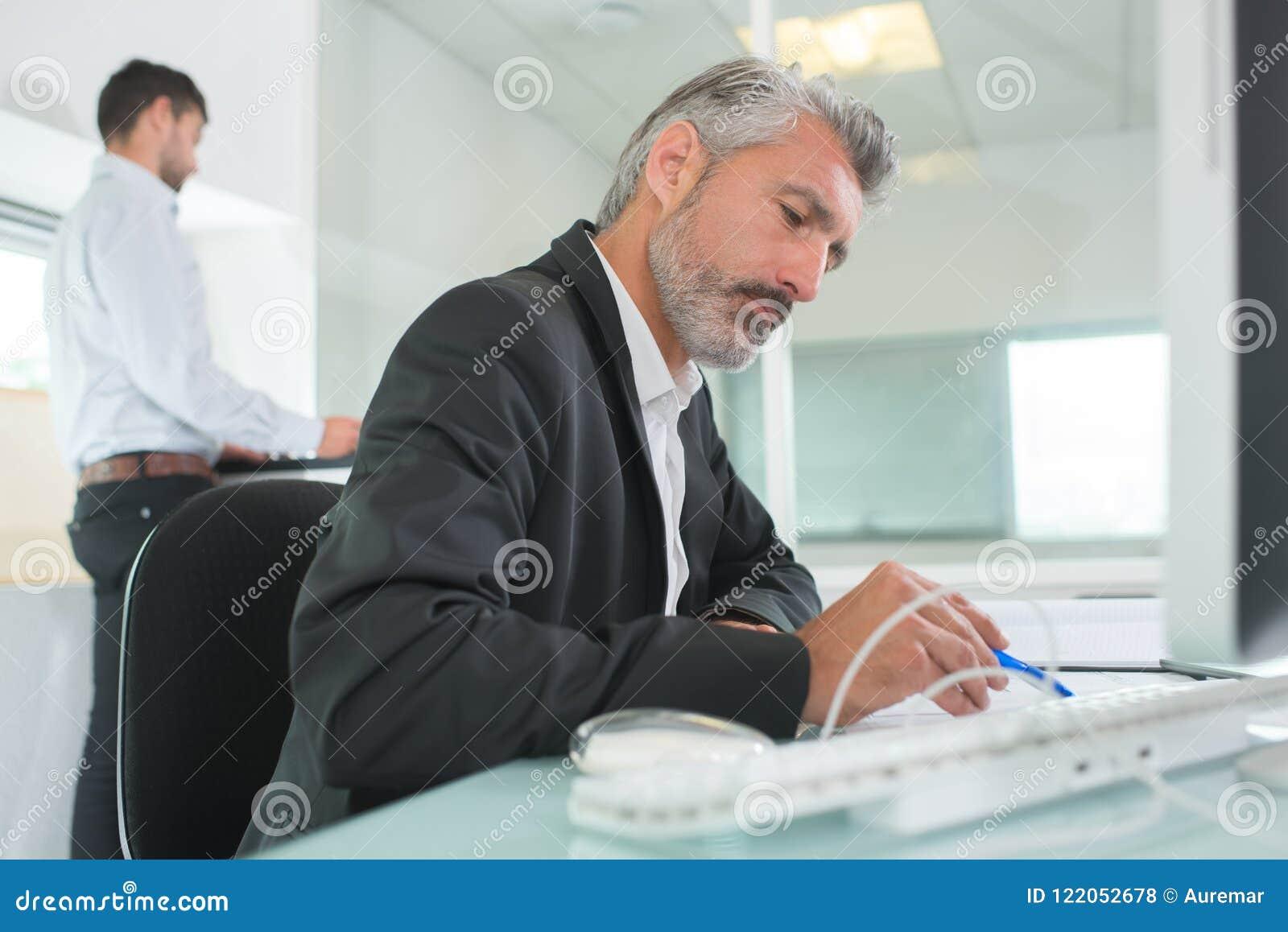 Homme heureux daffaires dans le bureau moderne lumineux dintérieur