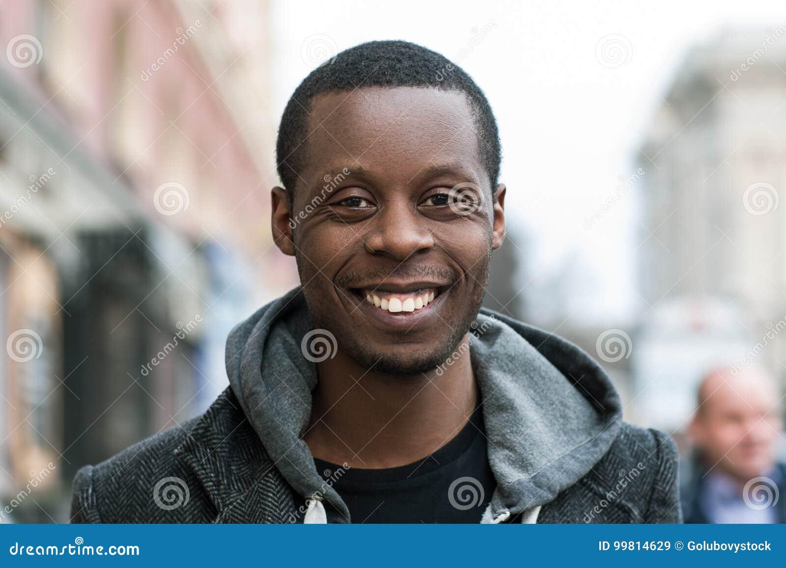 Homme heureux d Afro-américain Émotion positive