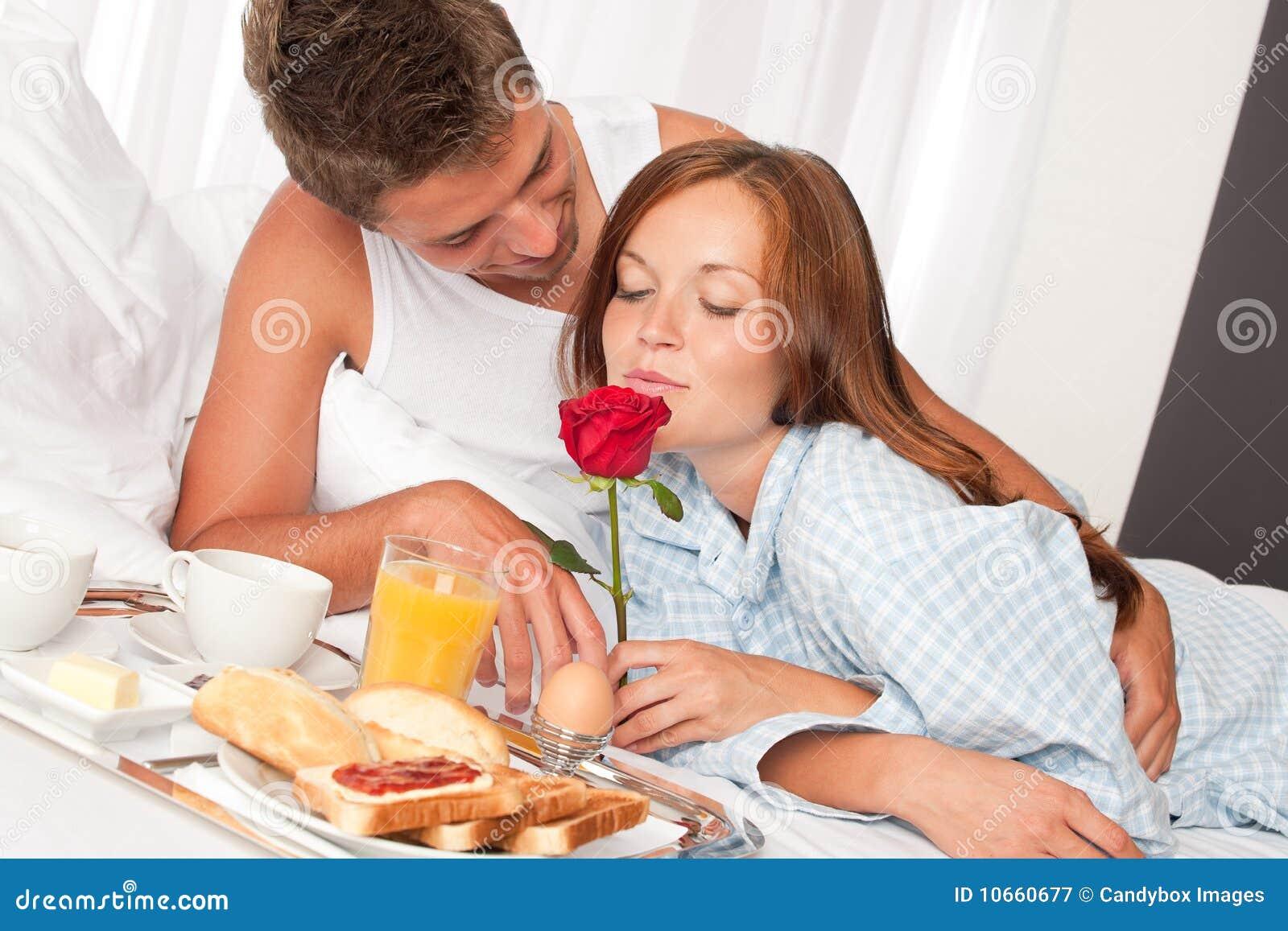Homme heureux et femme prenant le petit déjeuner