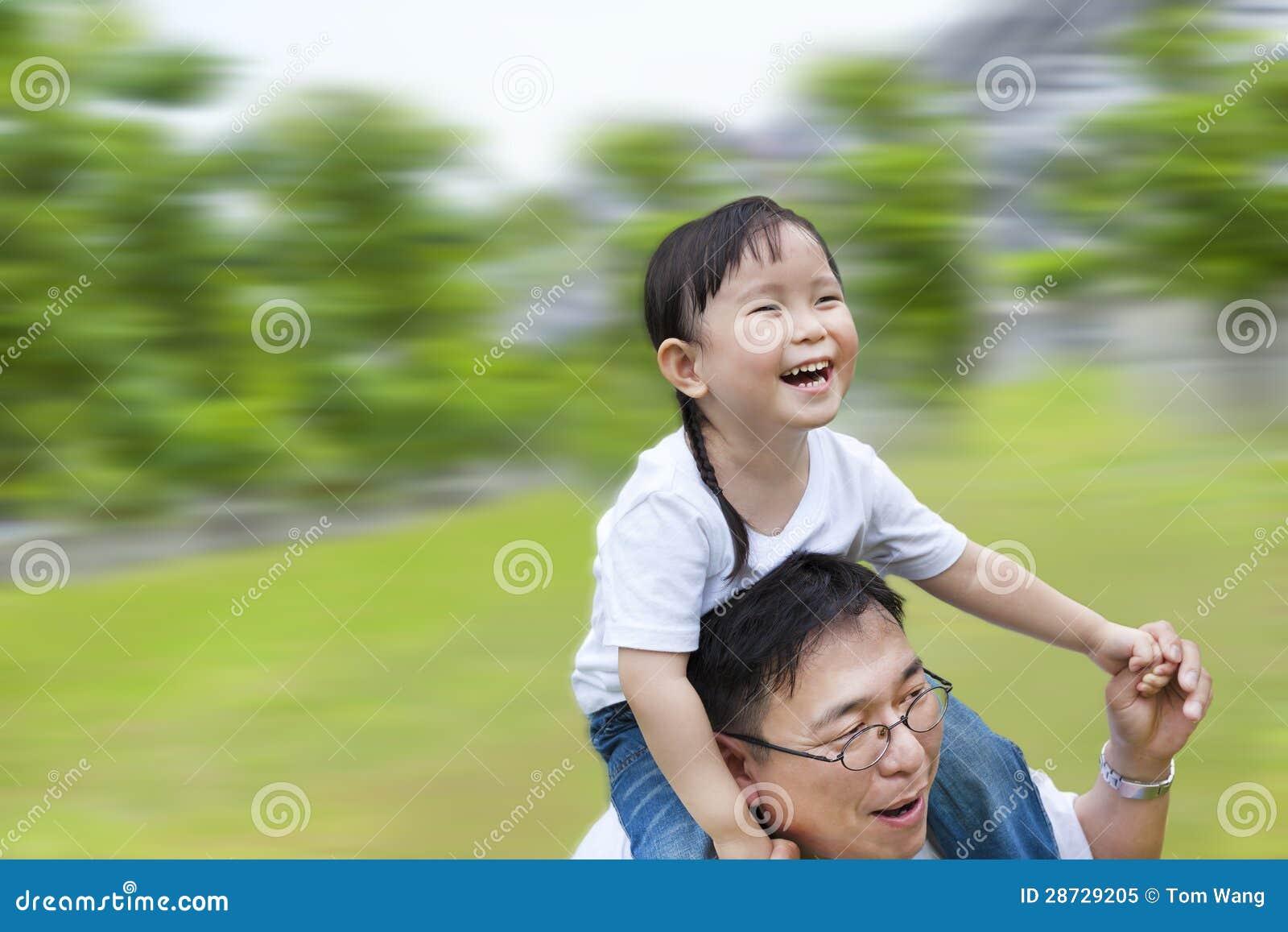Homme heureux exécutant avec le descendant