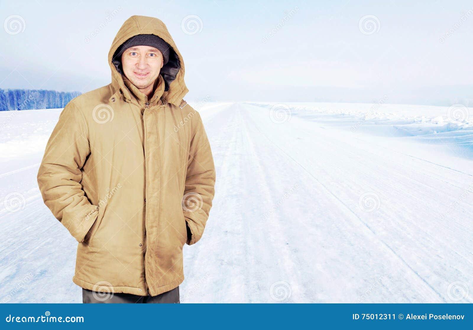 Homme heureux extérieur sur une route vide dans le jour d hiver