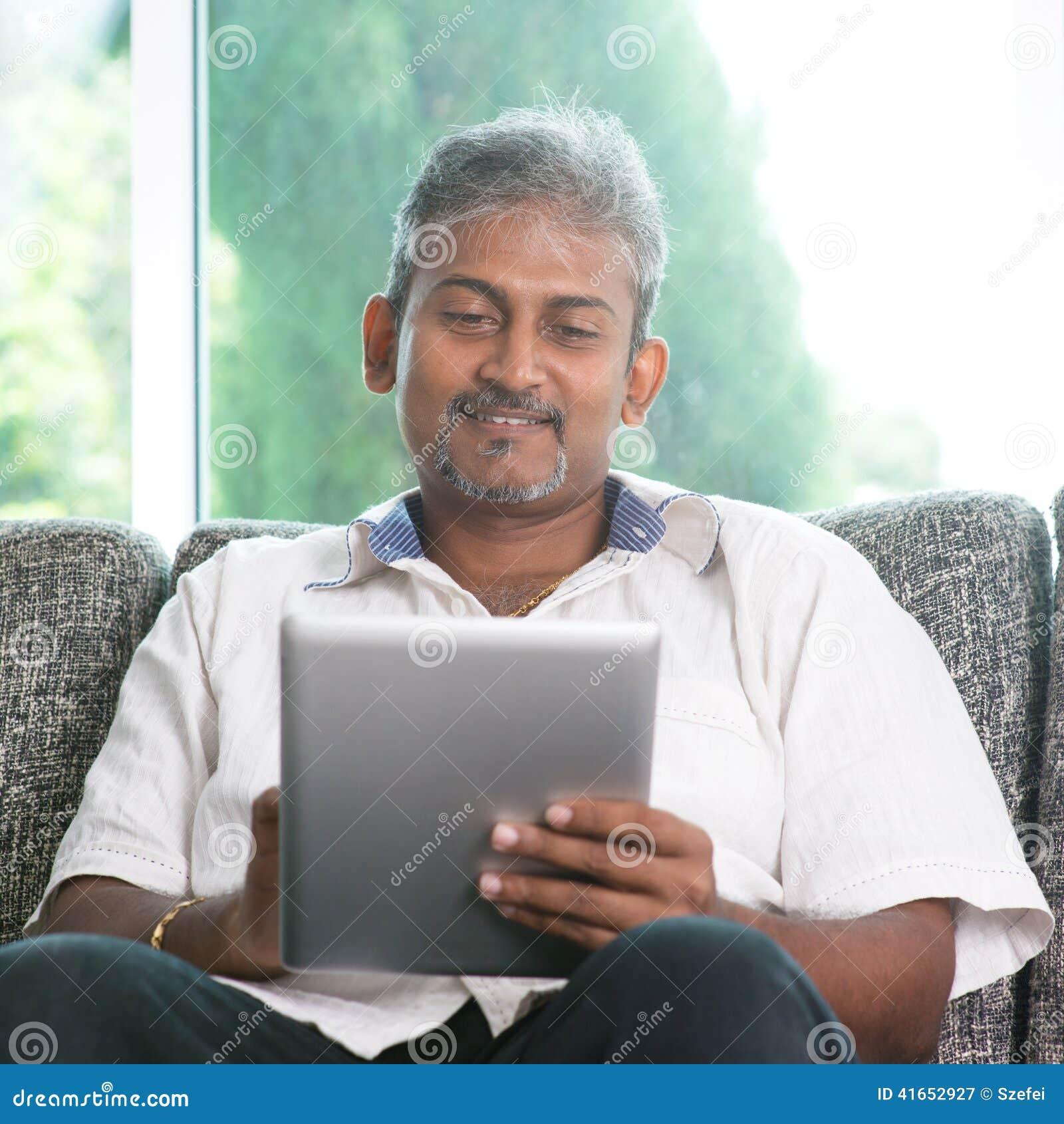 Homme indien à l aide de la tablette numérique