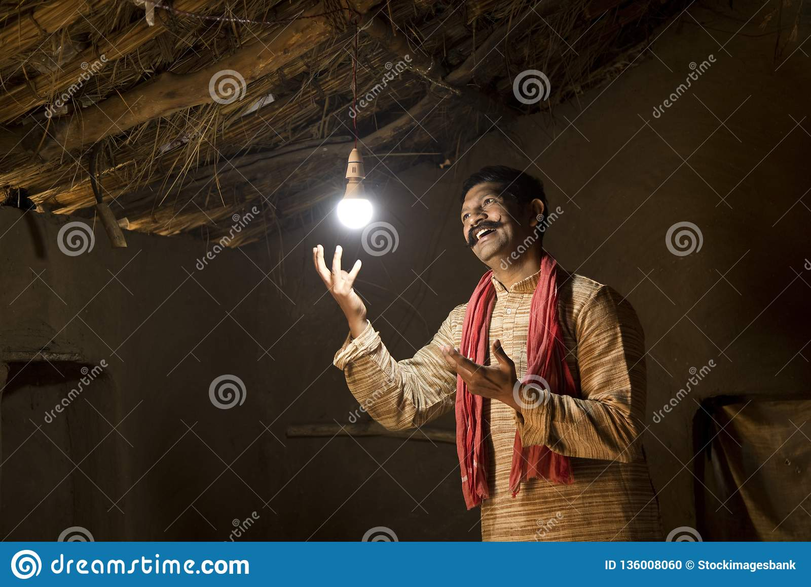Homme indien rural ravi sur l électricité atteignant sa maison
