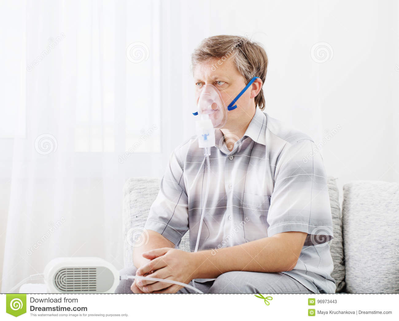 Homme inhalant par le masque d inhalateur