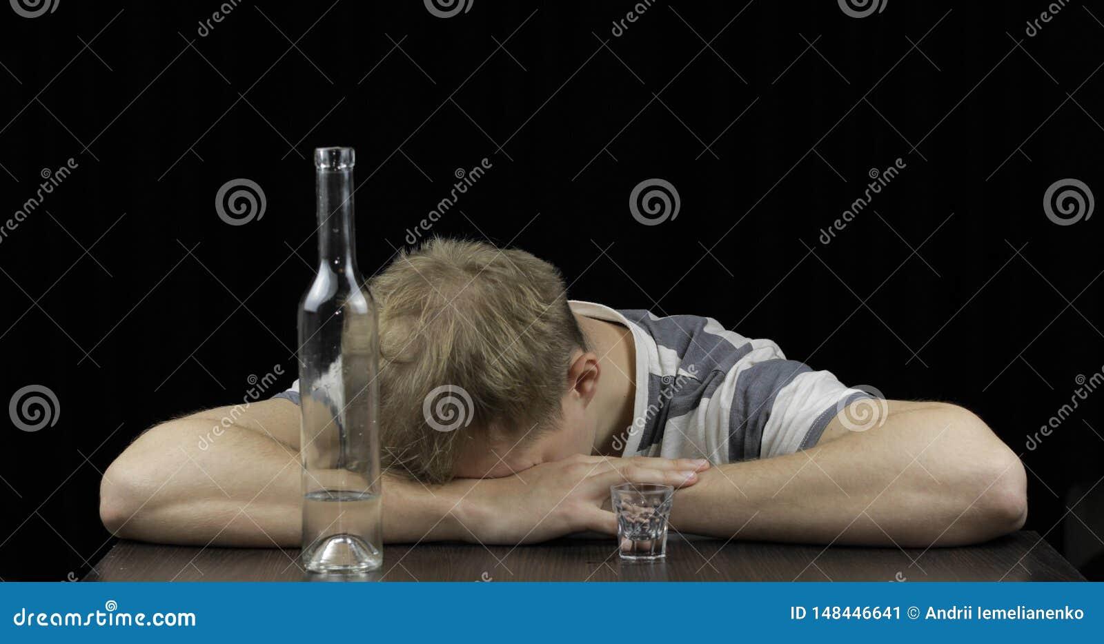 Homme ivre d?prim? seul dormant dans une chambre noire Concept d alcoolisme