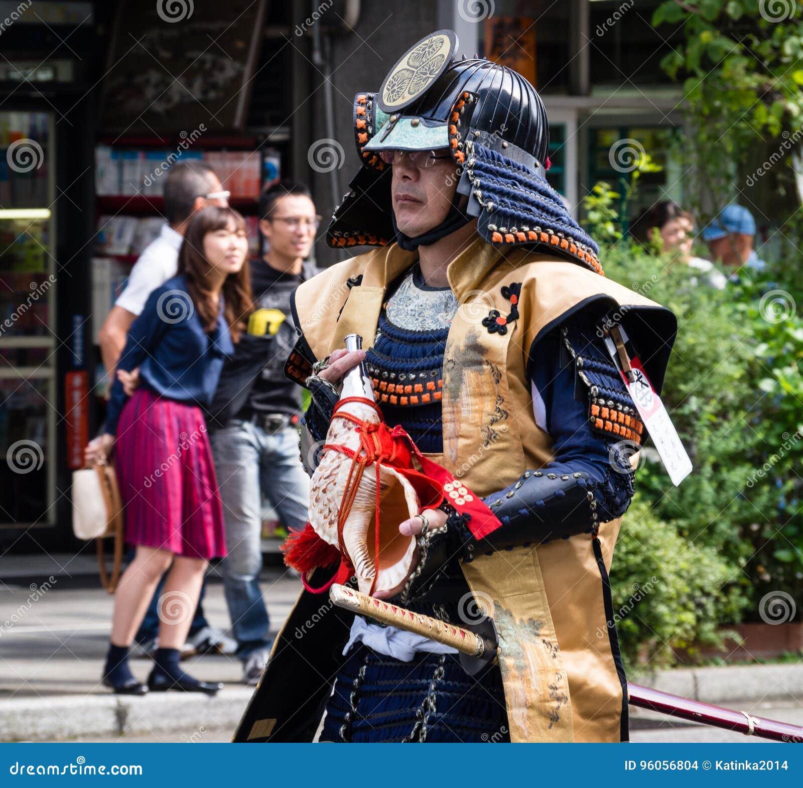 Homme japonais dans le costume samouraï