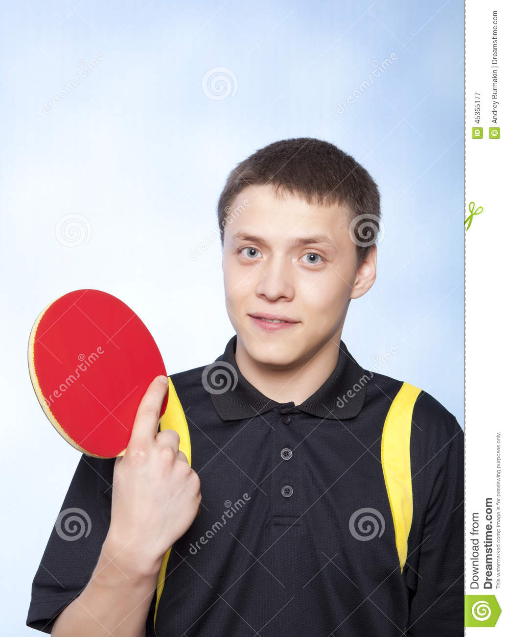 Homme jouant au ping-pong