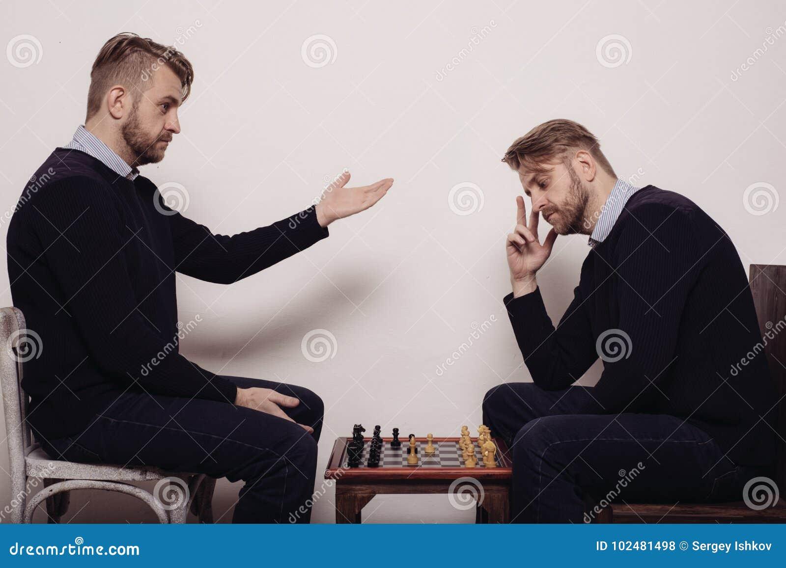 Homme jouant des échecs contre se