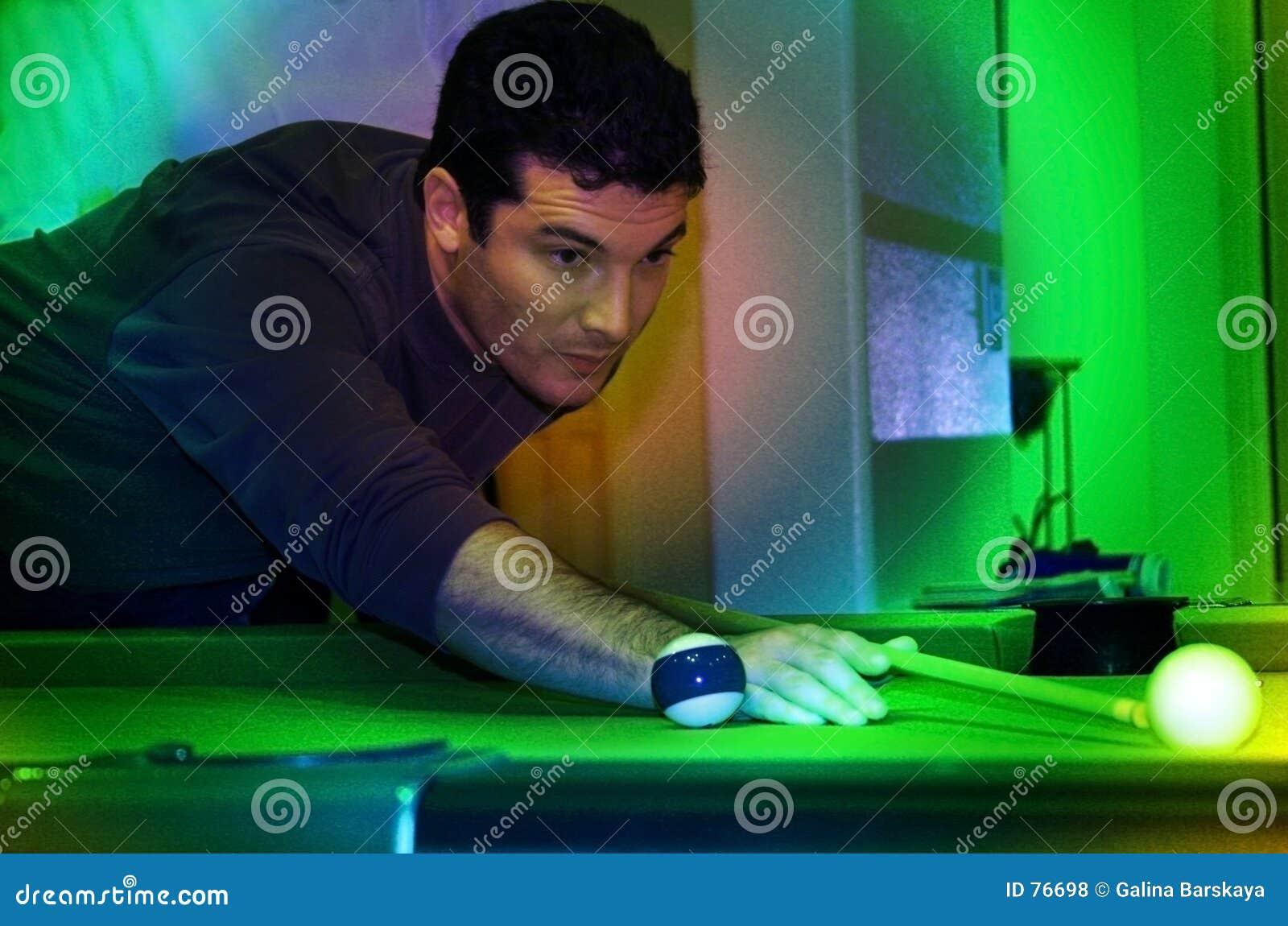 Homme jouant le regroupement