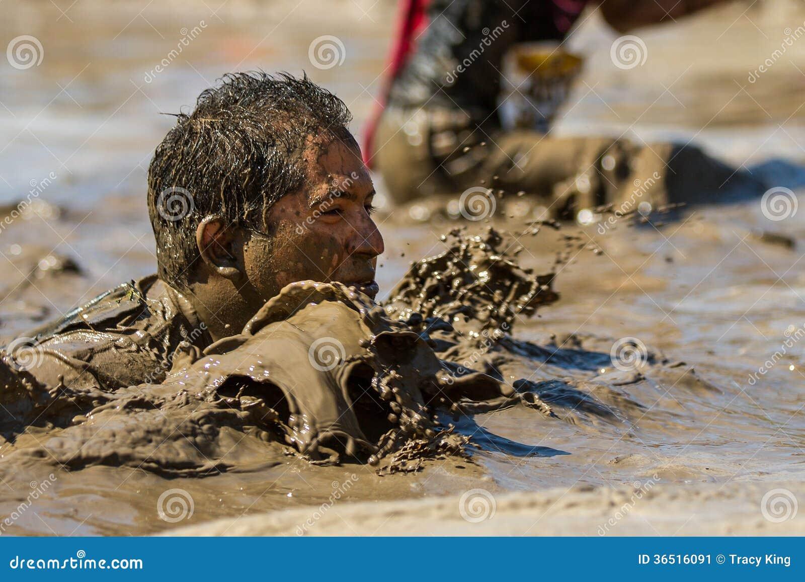 Homme jusqu à son visage dans la boue