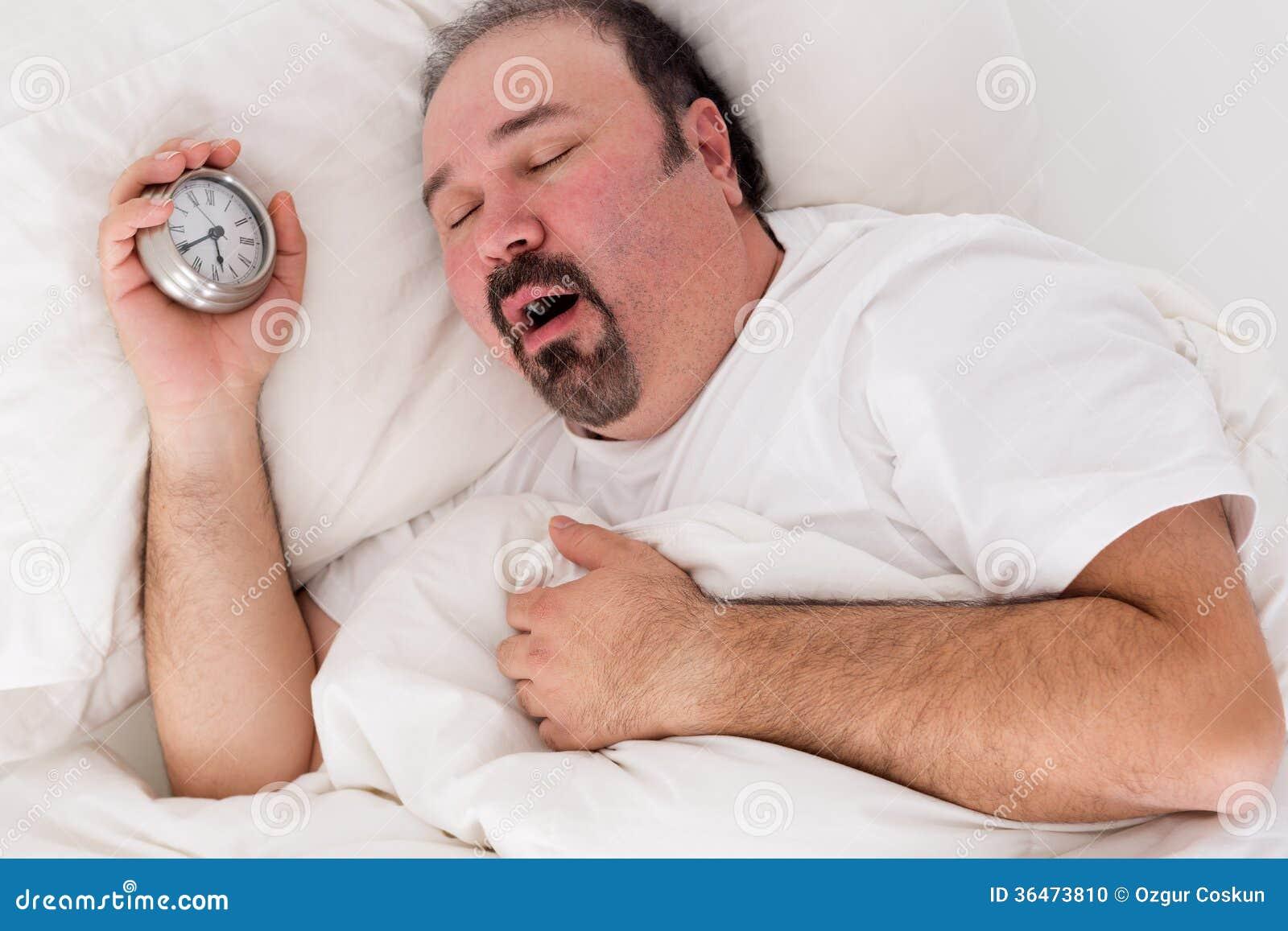 Homme léthargique baîllant comme il lutte pour se réveiller