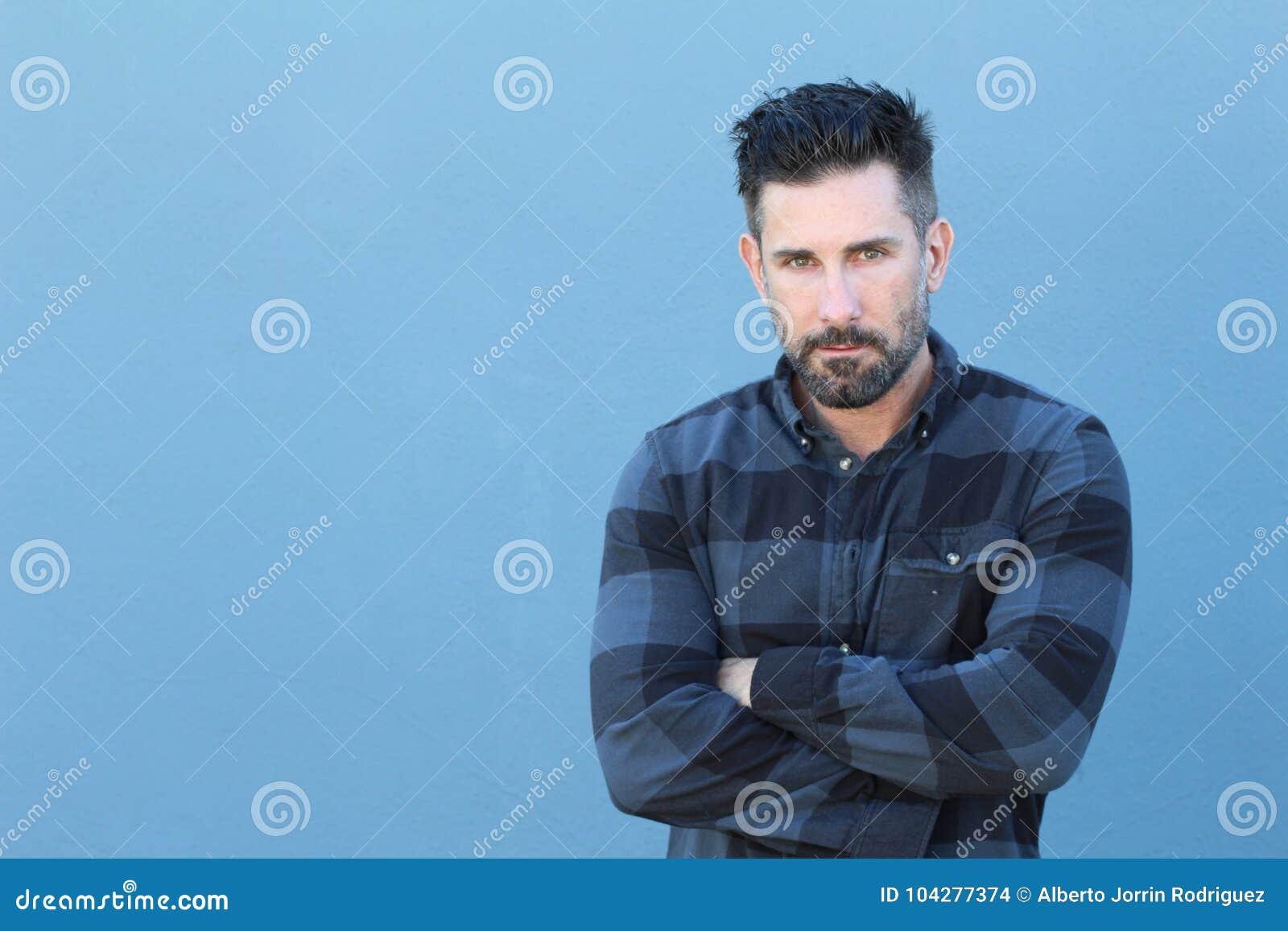 Homme mûr bel croisant ses bras avec l espace de copie