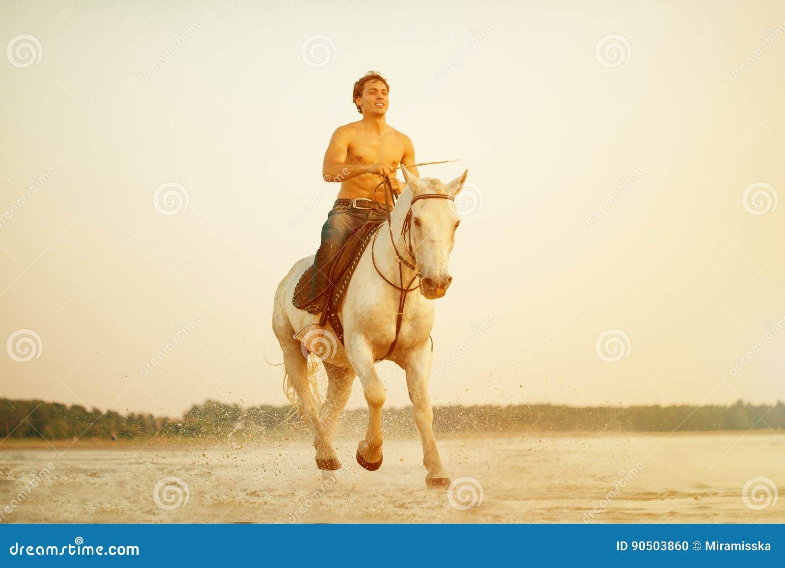 Homme macho et cheval sur le fond du ciel et de l eau Mode de garçon