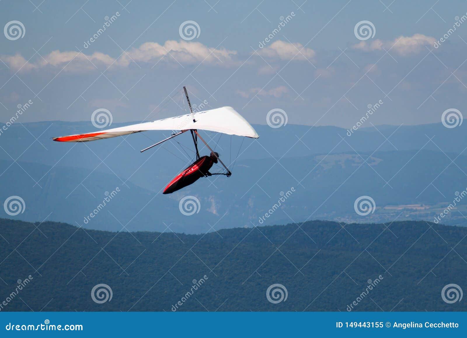Homme Main-glissant en mi ciel au-dessus de Mointains un jour chaud d été