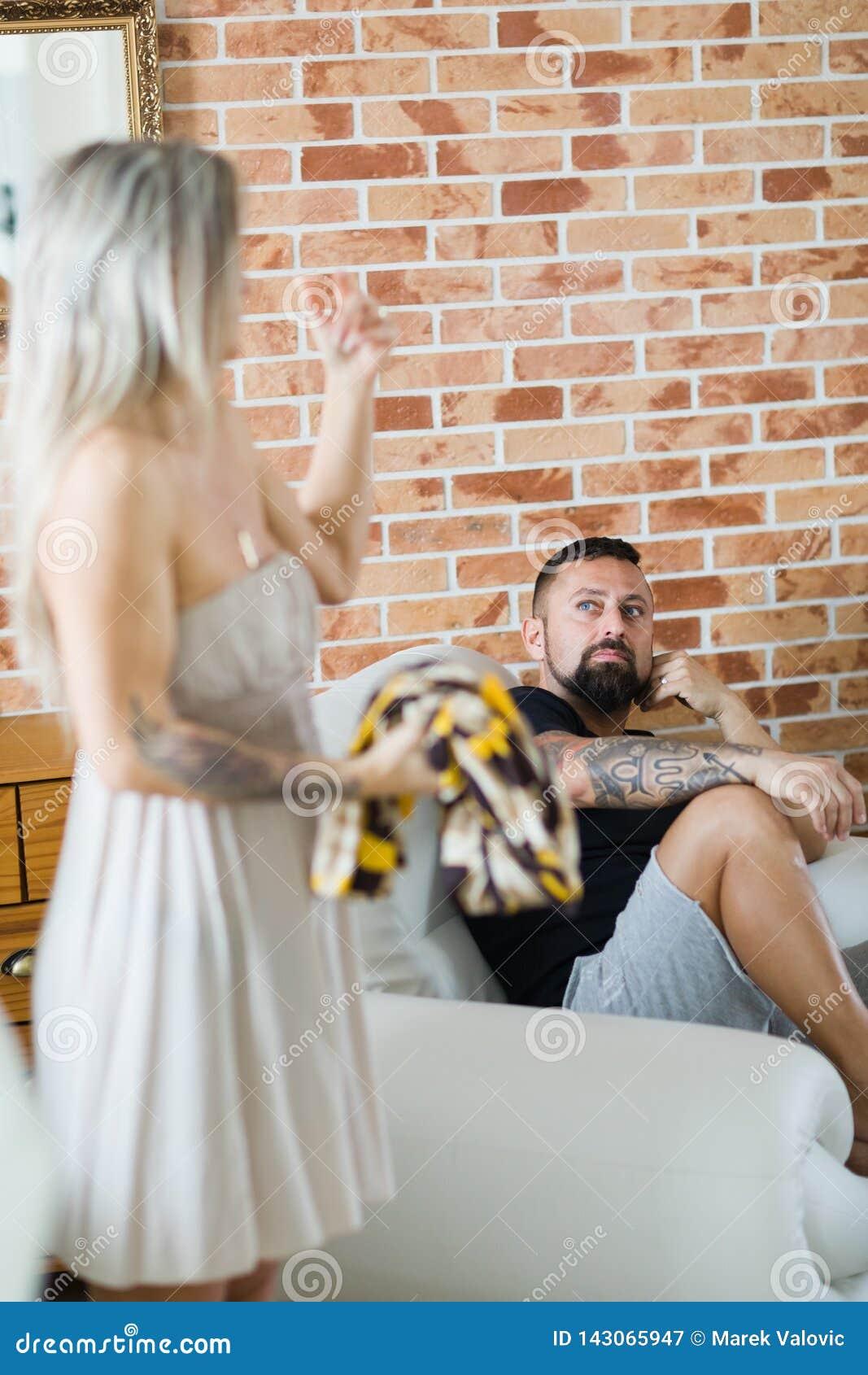 Homme malheureux et déprimé avec son épouse résolvant la crise de relations