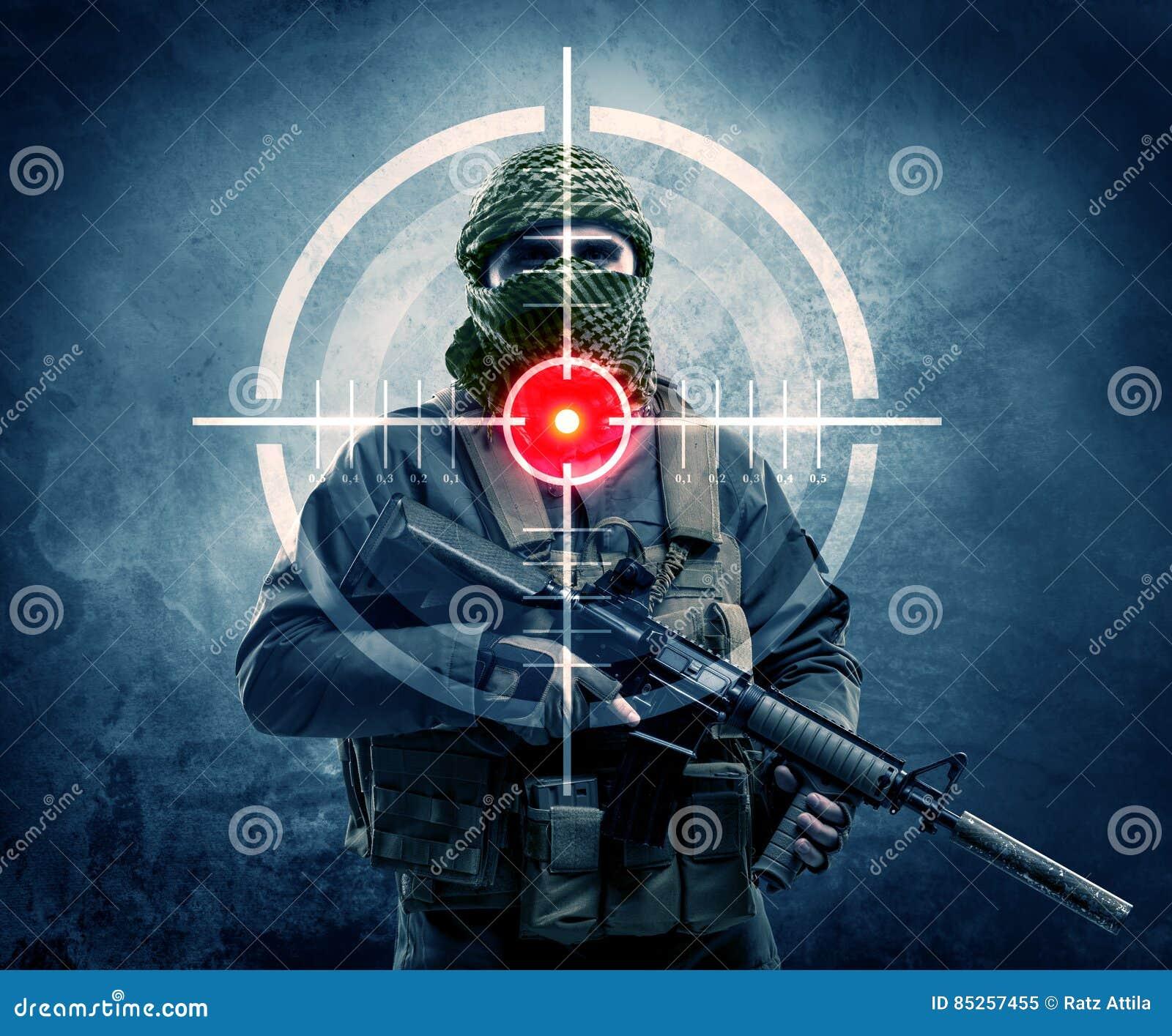 Homme masqué de terroriste avec la cible d arme à feu et de laser sur son corps