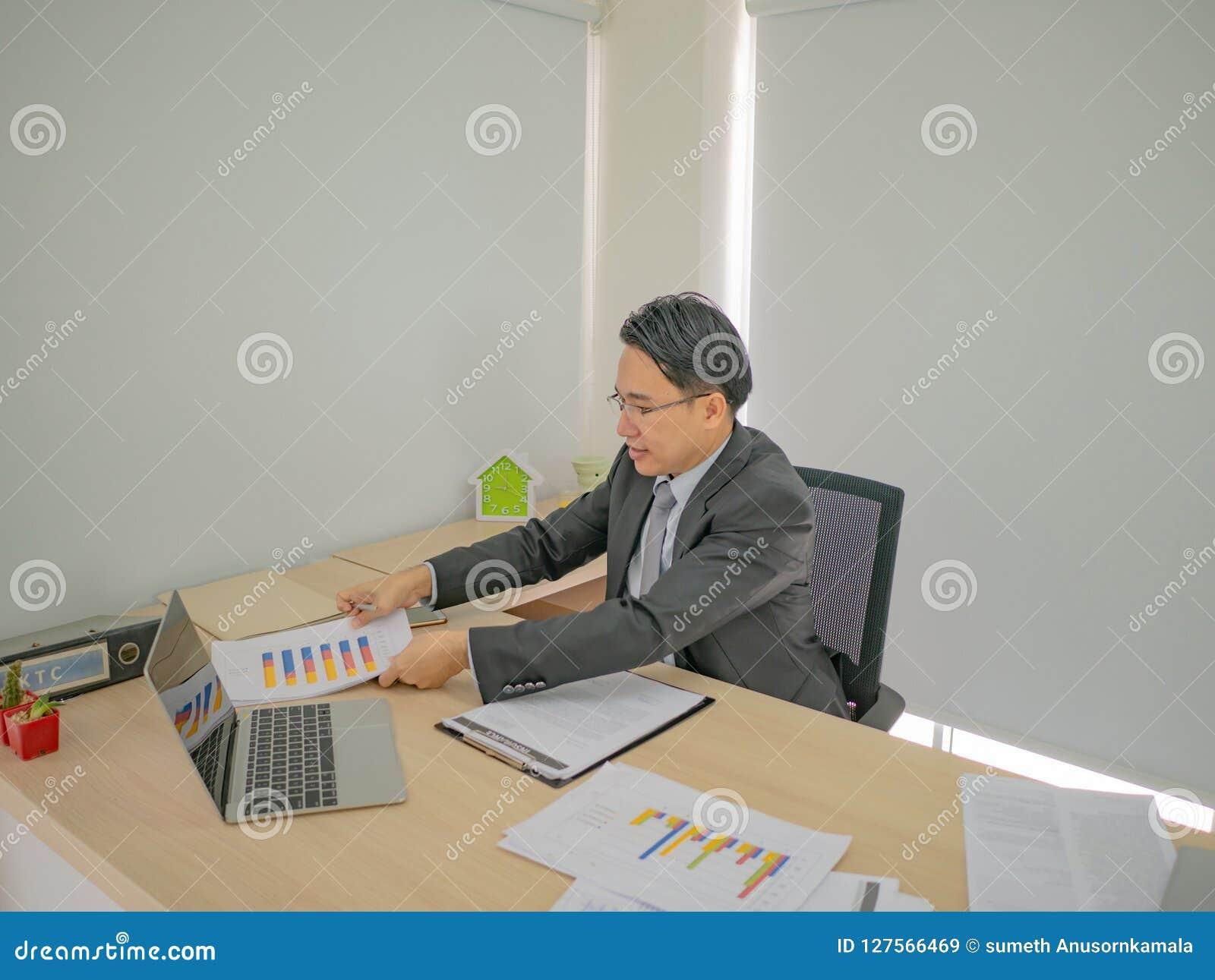 Homme moderne d affaires travaillant très occupé sur son bureau