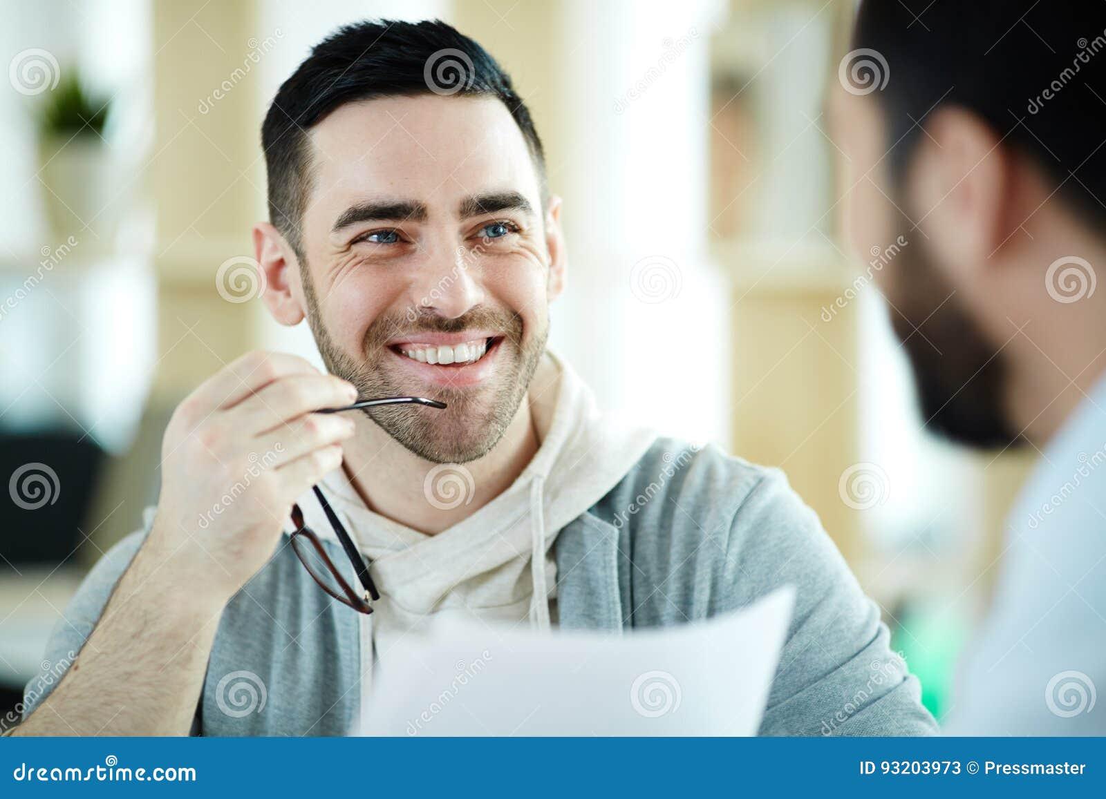Homme moderne de sourire dans le bureau image stock image du