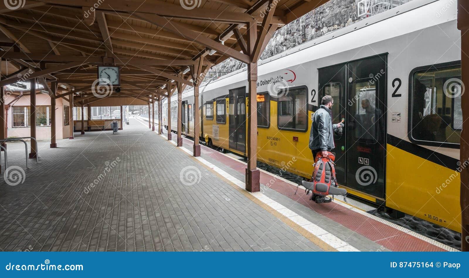 Homme montant à bord du train