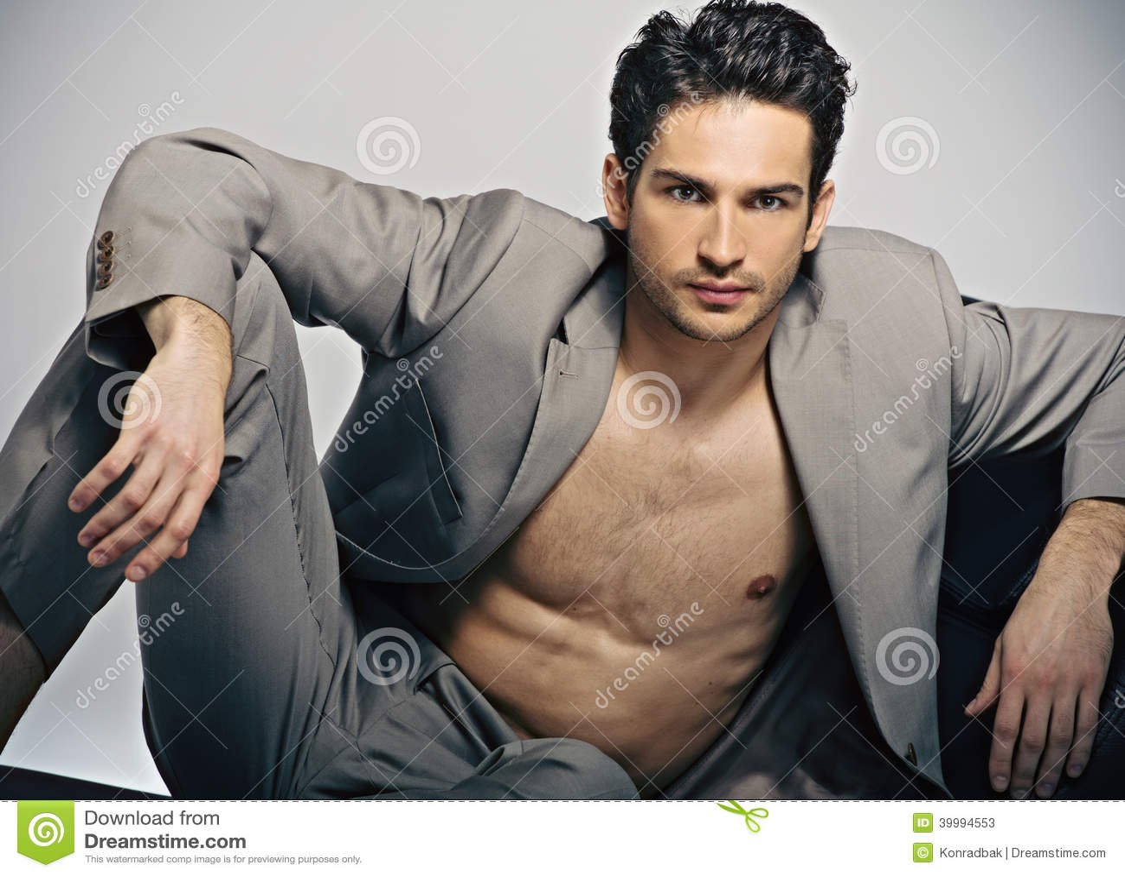 Homme musculaire élégant dans la pose de mode
