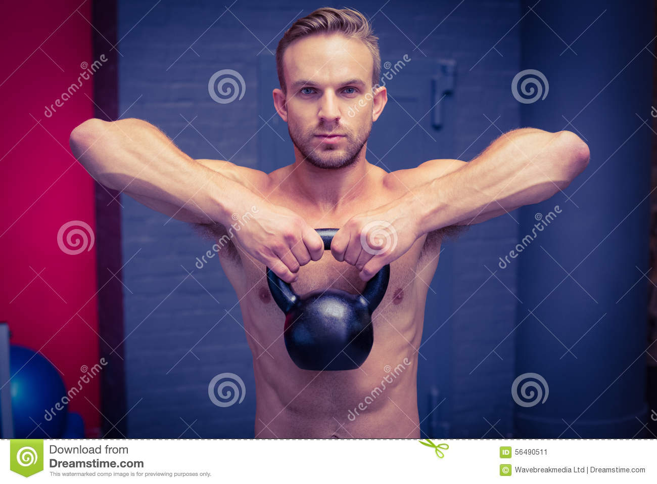 Homme musculaire soulevant un kettlebell