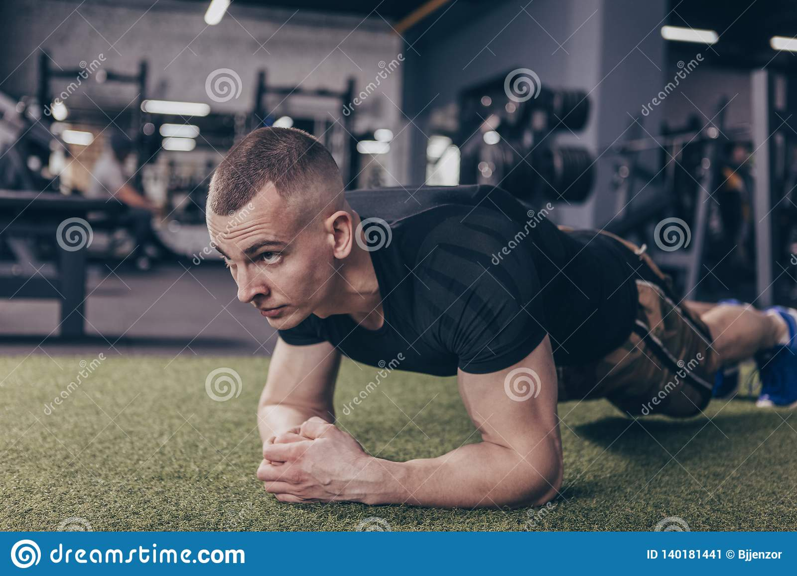 Homme musculaire sportif s exerçant au gymnase