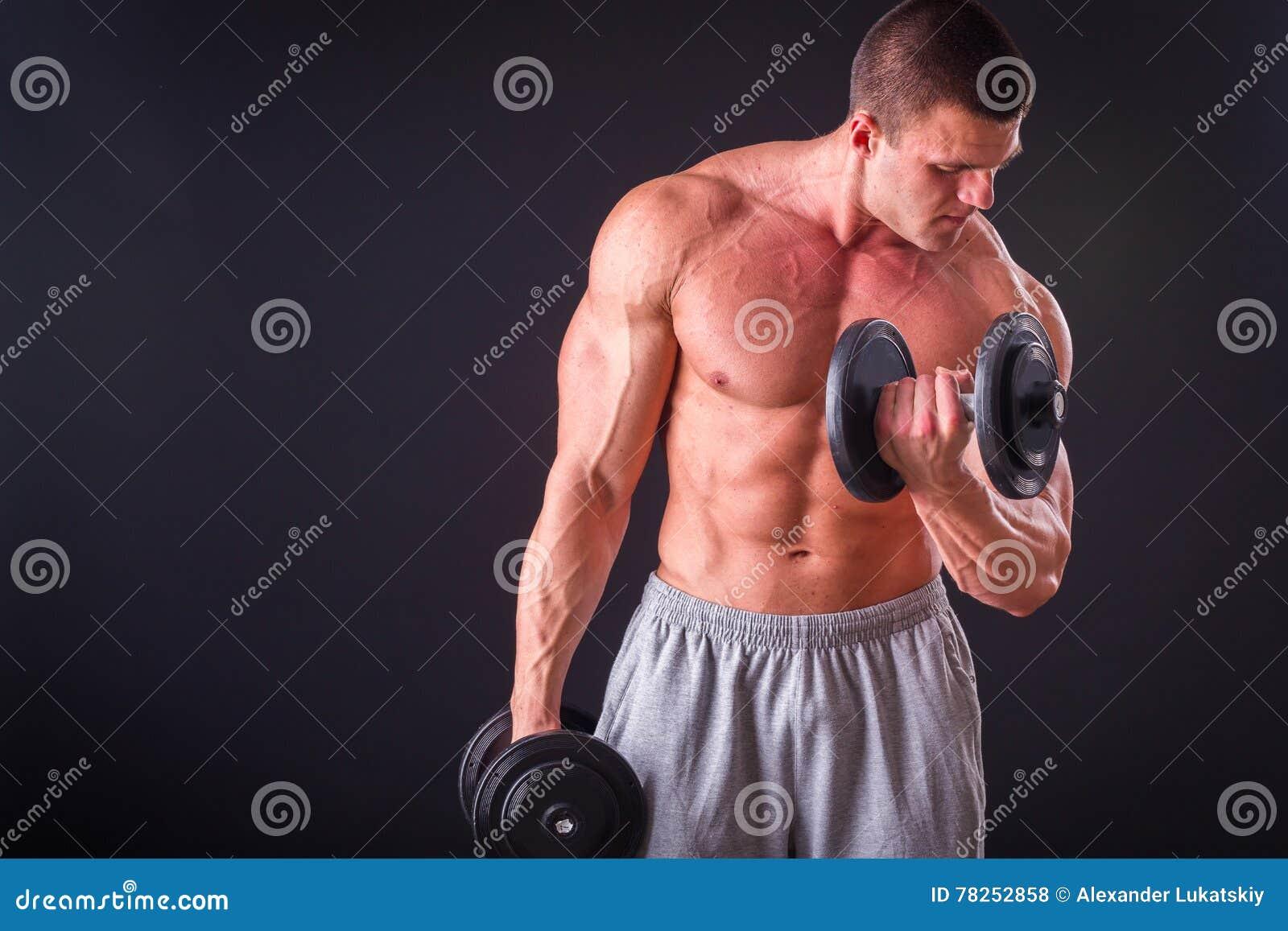 Homme musculaire sur un fond foncé