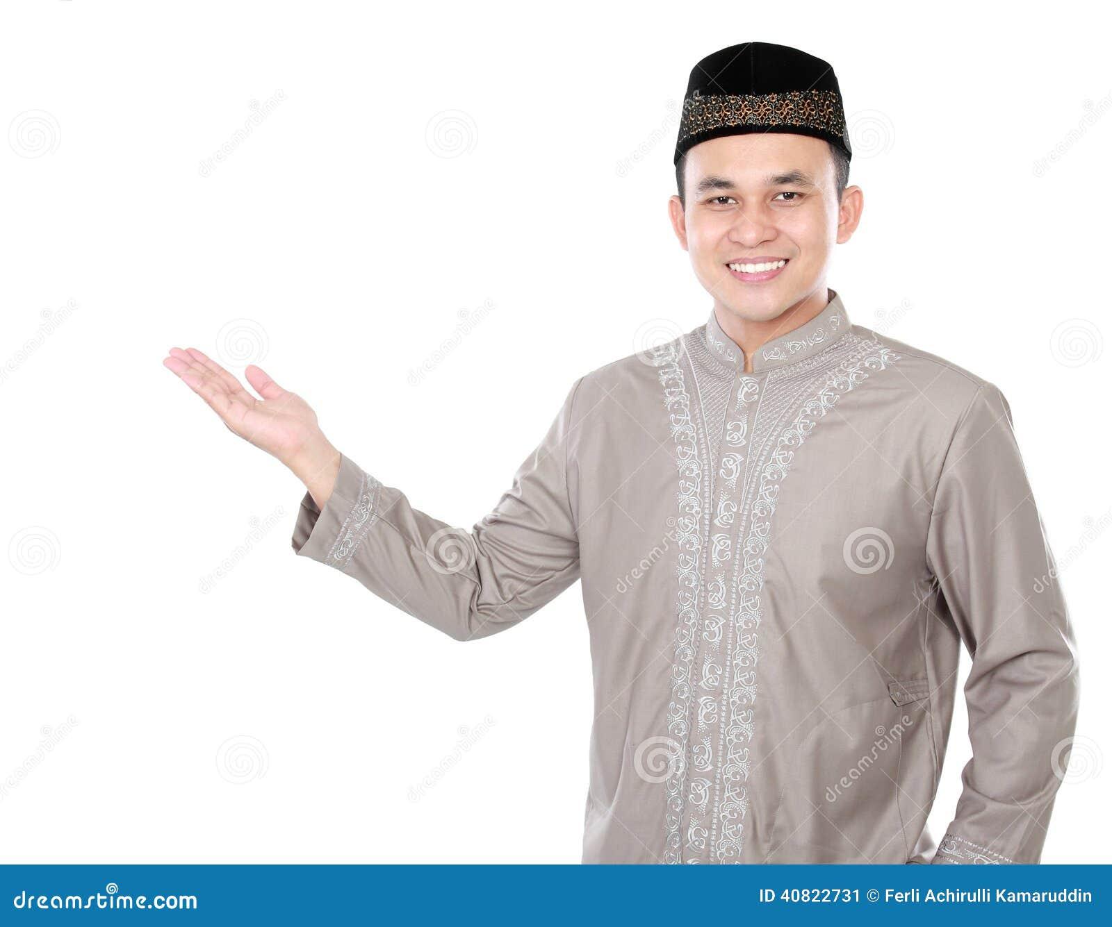 Homme musulman asiatique de sourire présent l espace de copie