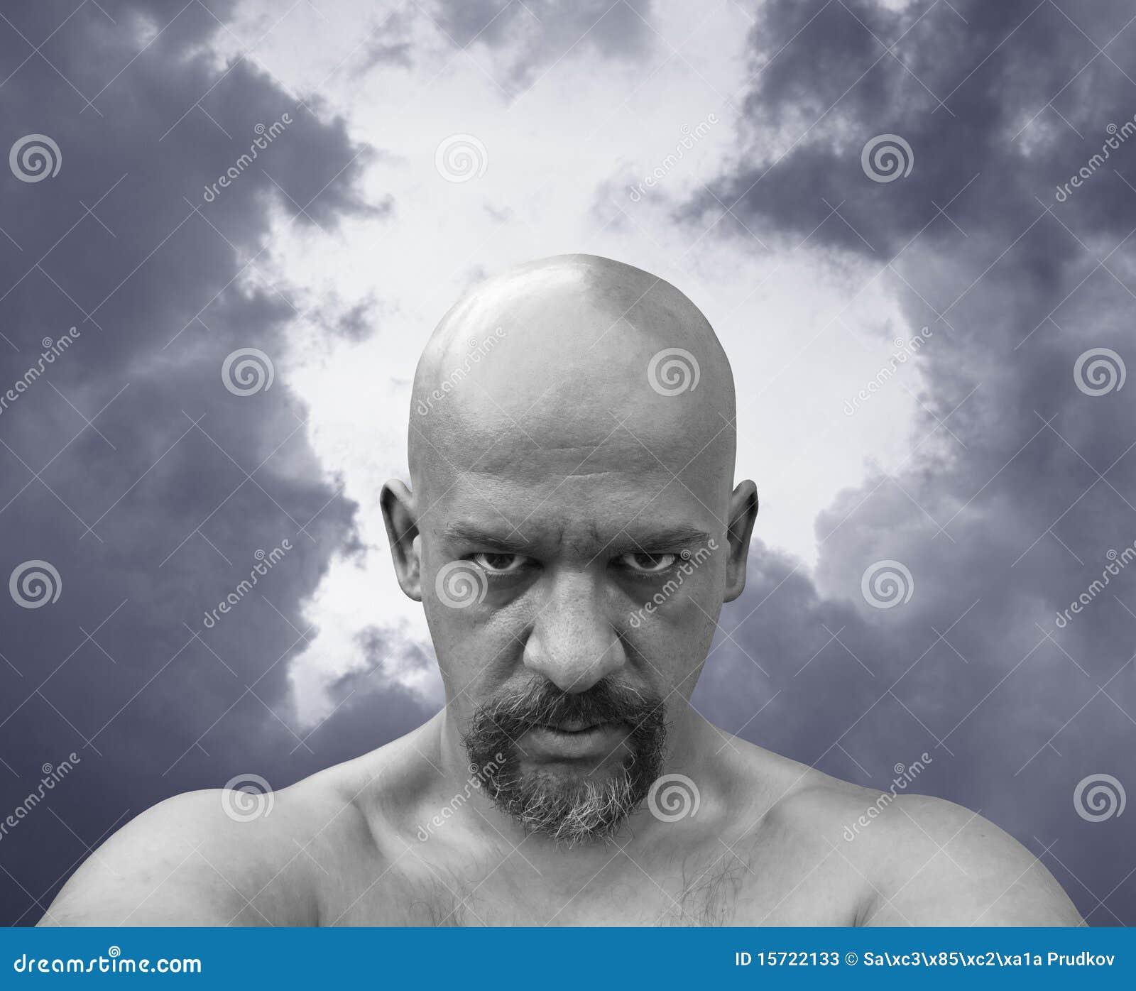 Homme nu chauve avec le regard sinistre dans ses yeux.