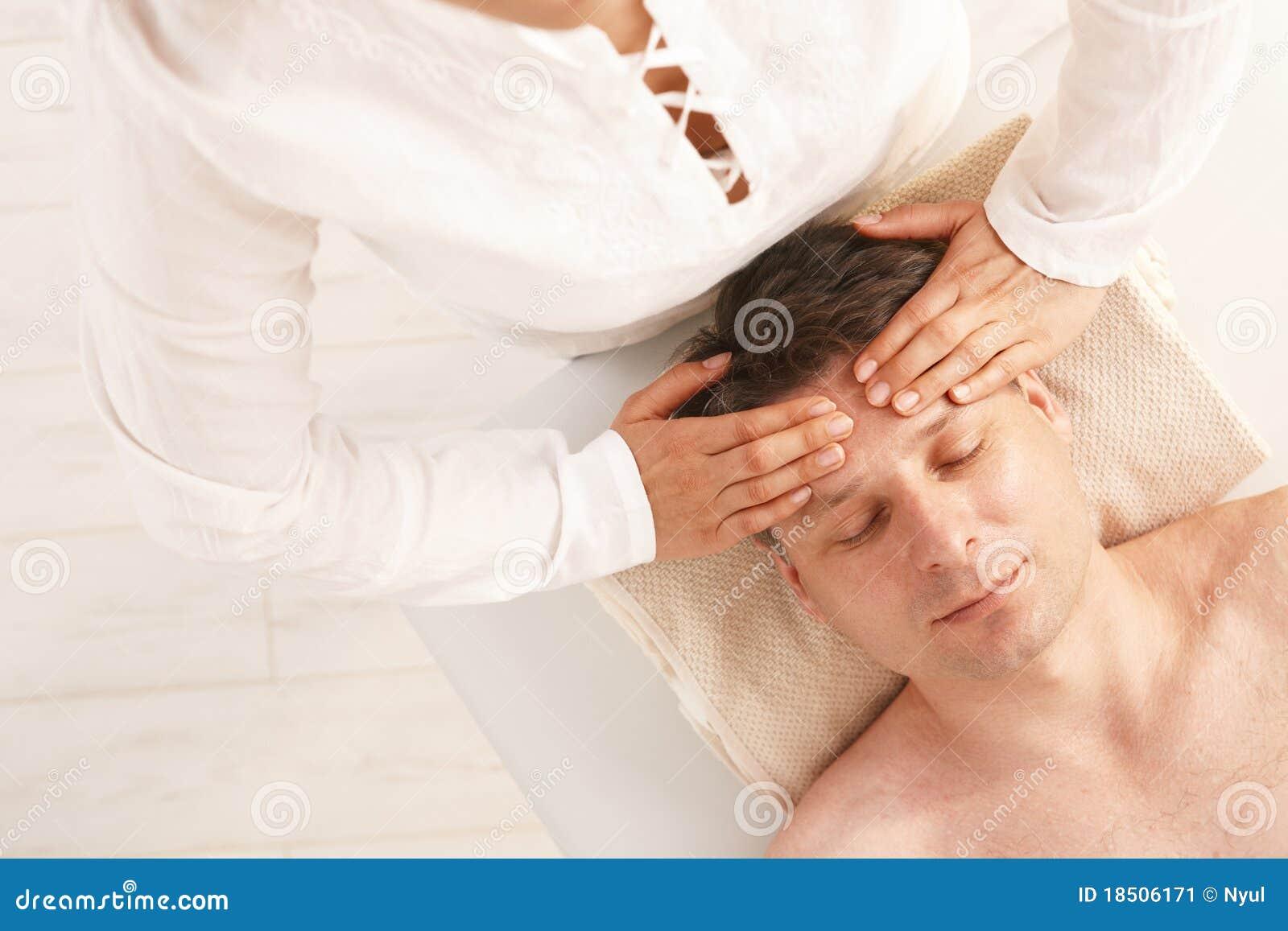 Homme obtenant le massage principal de détente