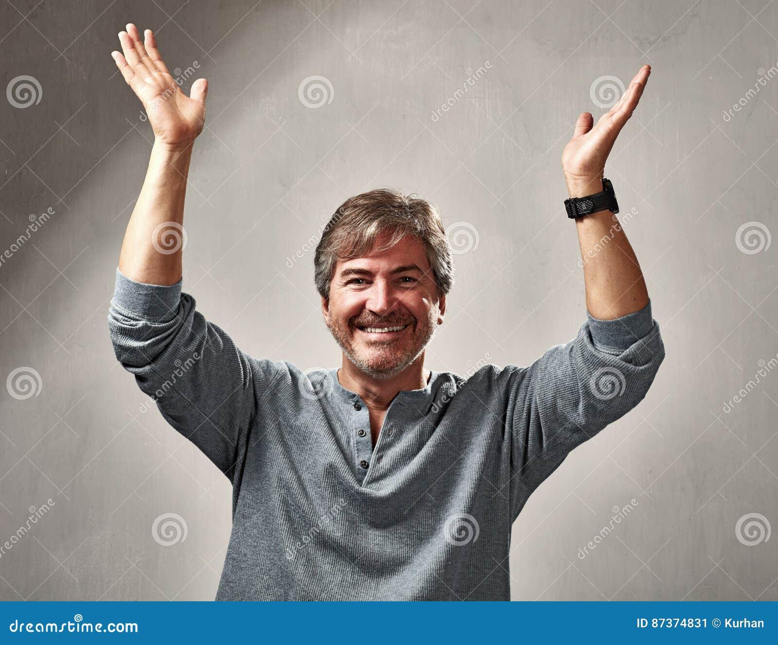 Homme optimiste heureux
