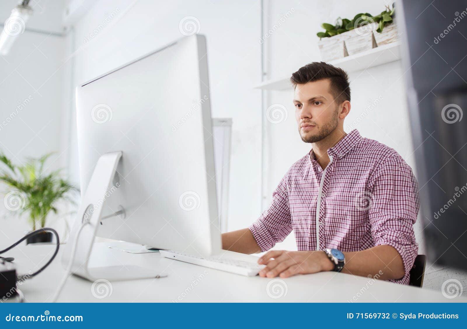 Homme ou tudiant cr atif avec l 39 ordinateur au bureau for Bureau homme