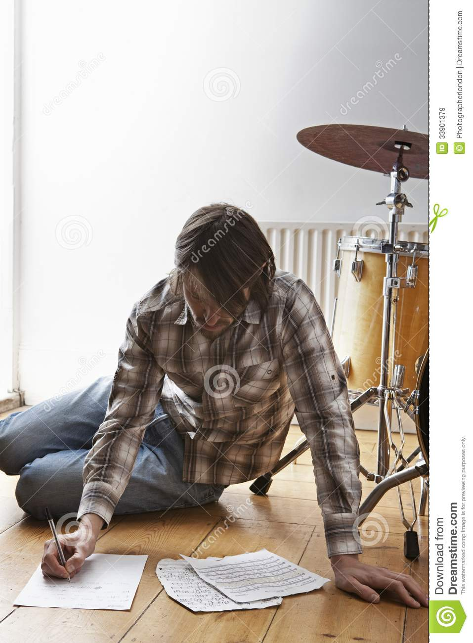 Homme PAR le tambour Kit Writing Music On Floor