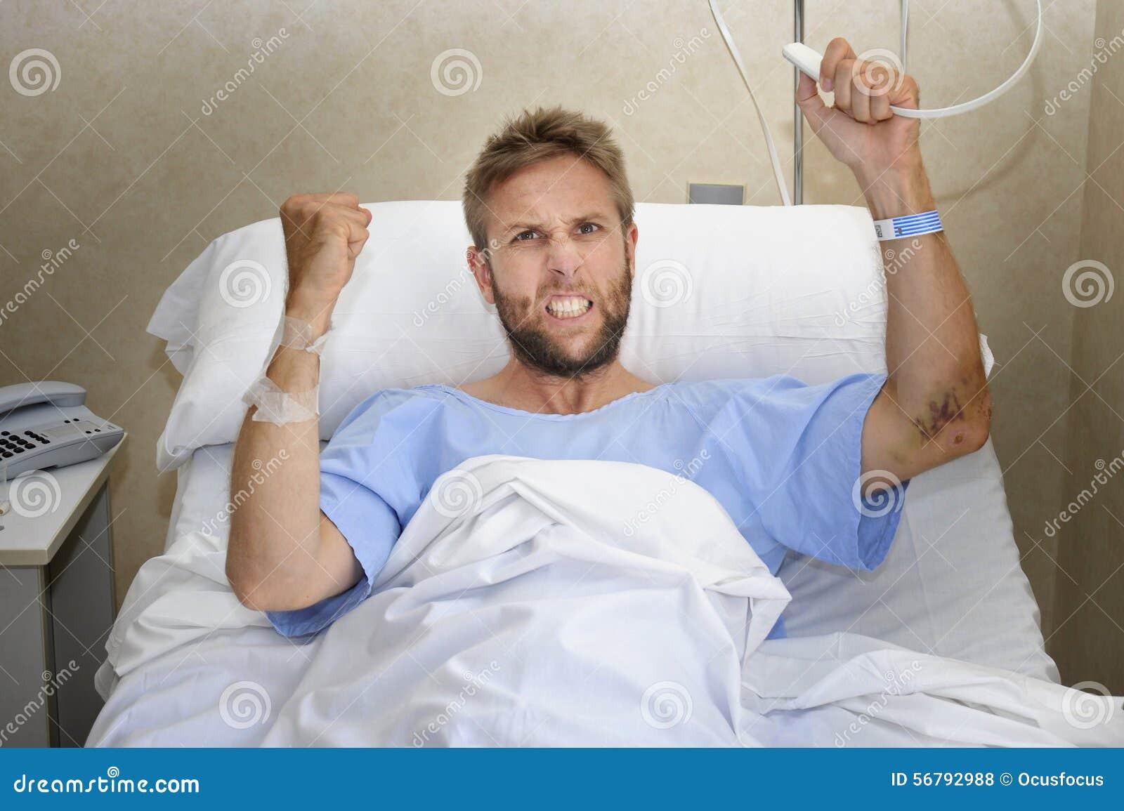 Homme patient fâché à la chambre d hôpital se situant dans le sentiment de bouton d appel d infirmière de pressing de lit nerveux