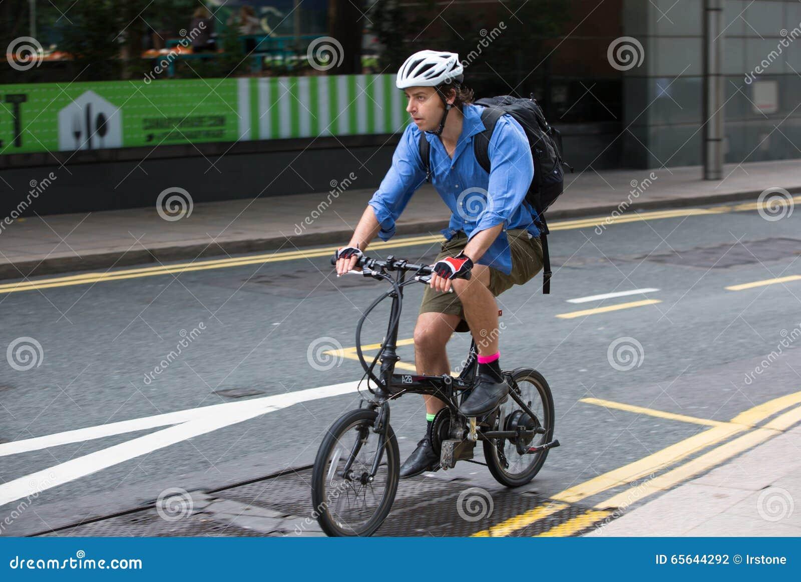 Homme permutant pour travailler à côté du vélo