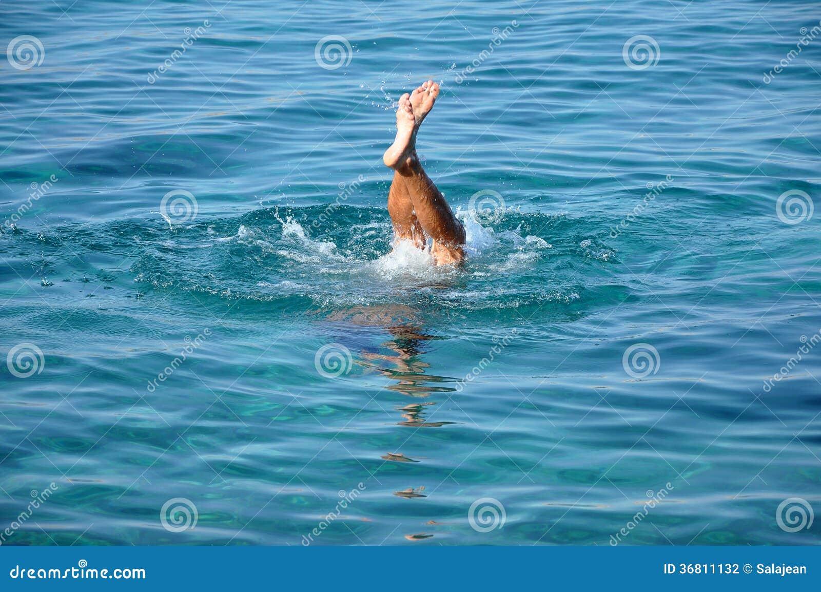 Homme Plongeant En Eau De Mer Photographie stock - Image: 36811132