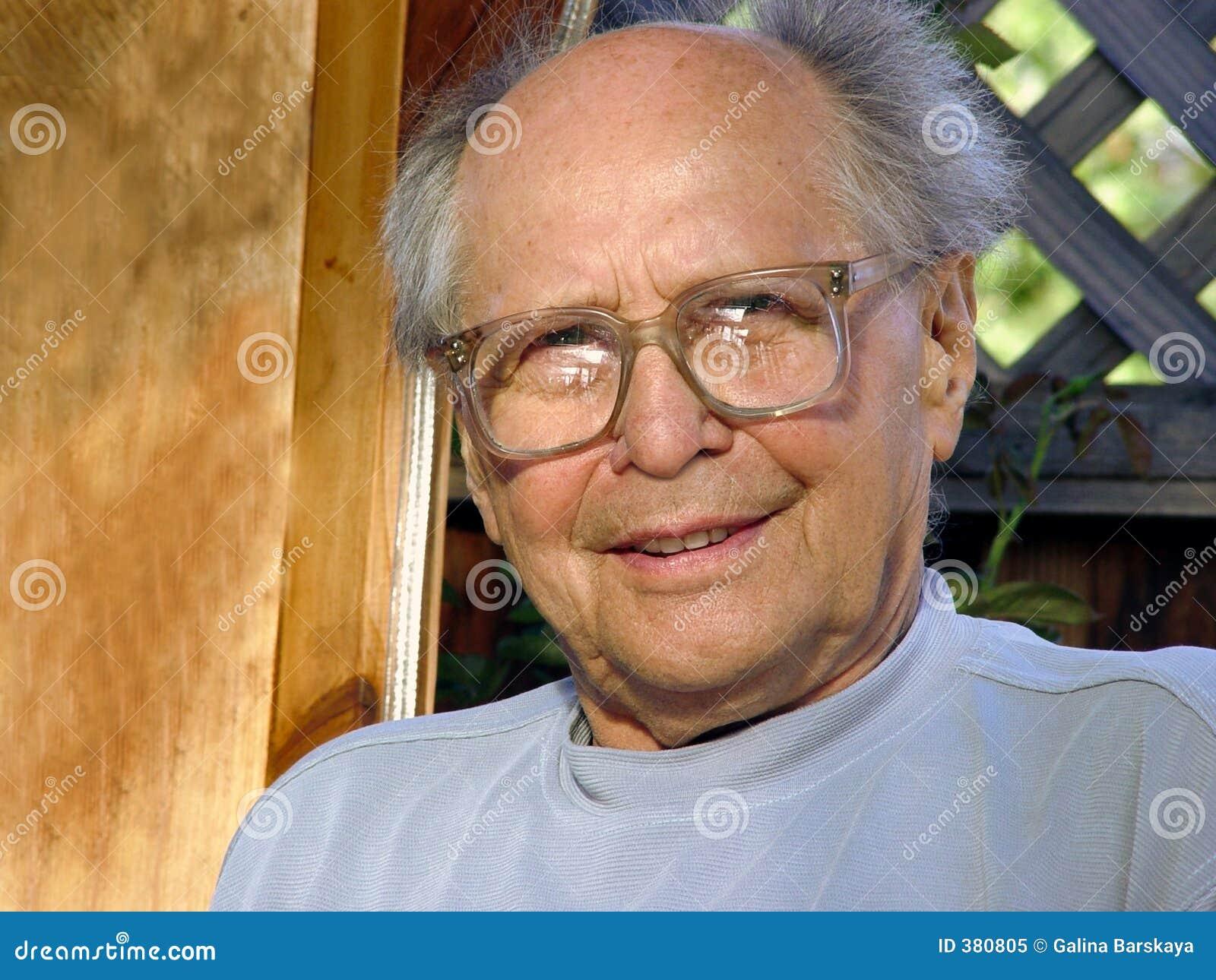 Homme plus âgé de sourire