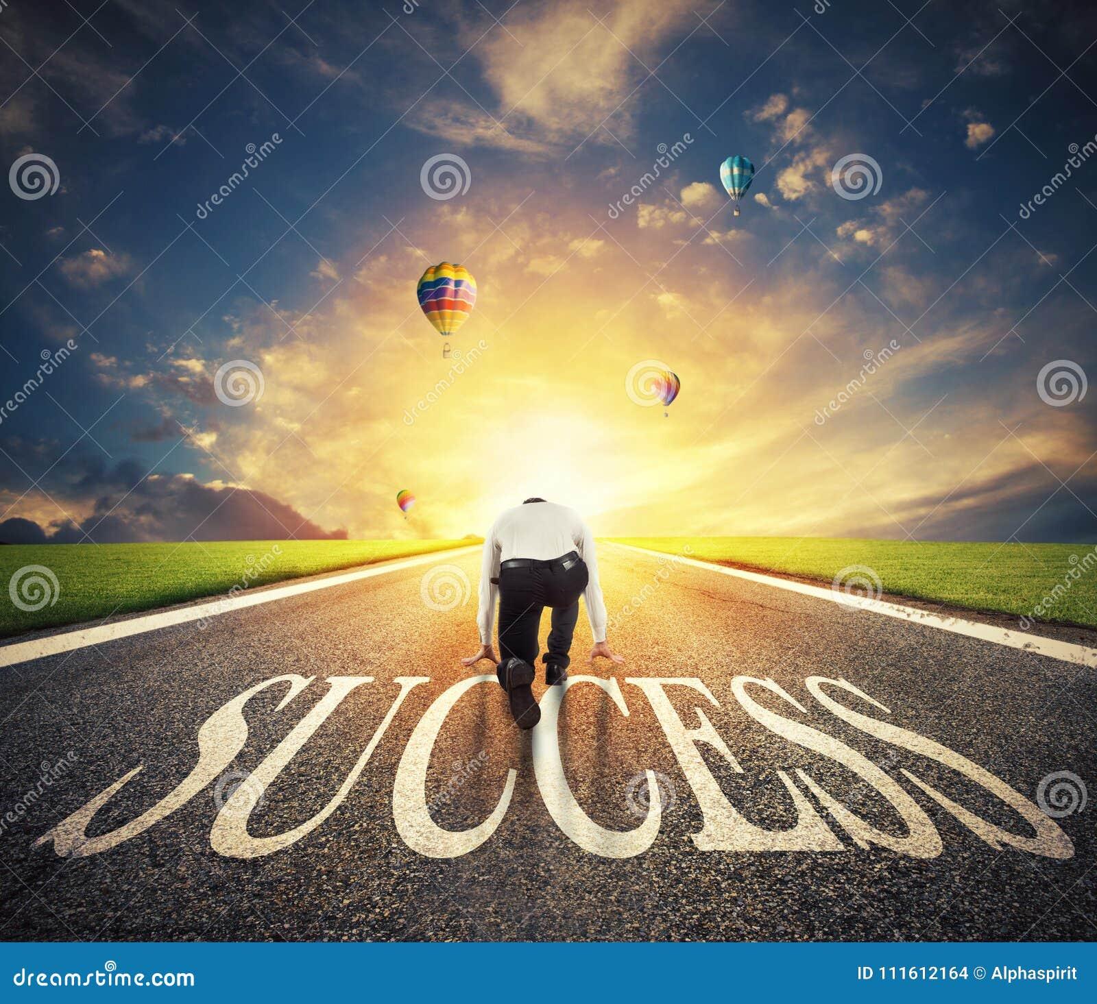 Homme prêt à fonctionner sur un chemin de succès Concept de démarrage réussi d homme d affaires et de société