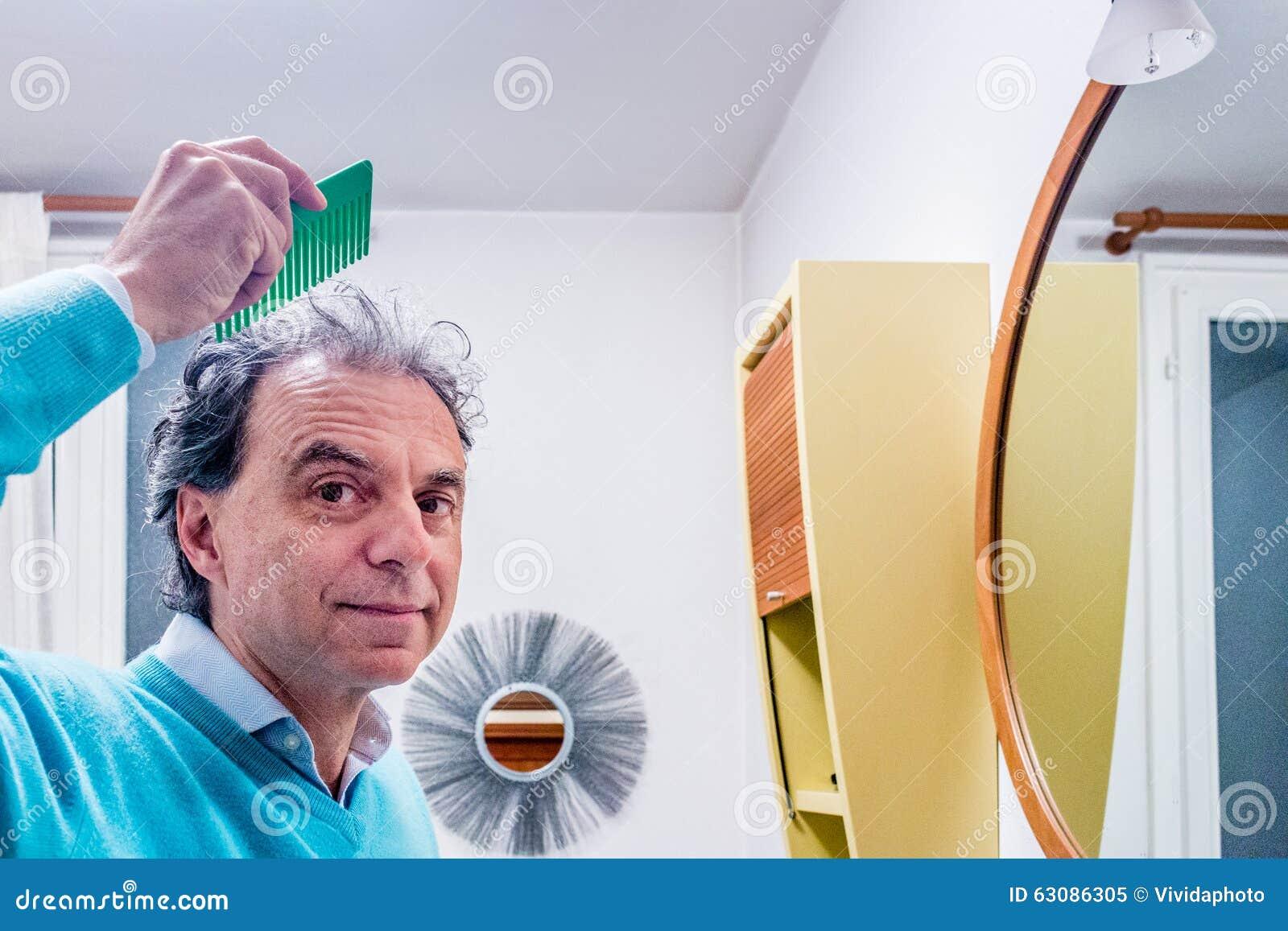 Download Homme Presque Chauve Se Peignant Les Cheveux Image stock - Image du peigne, cinquante: 63086305