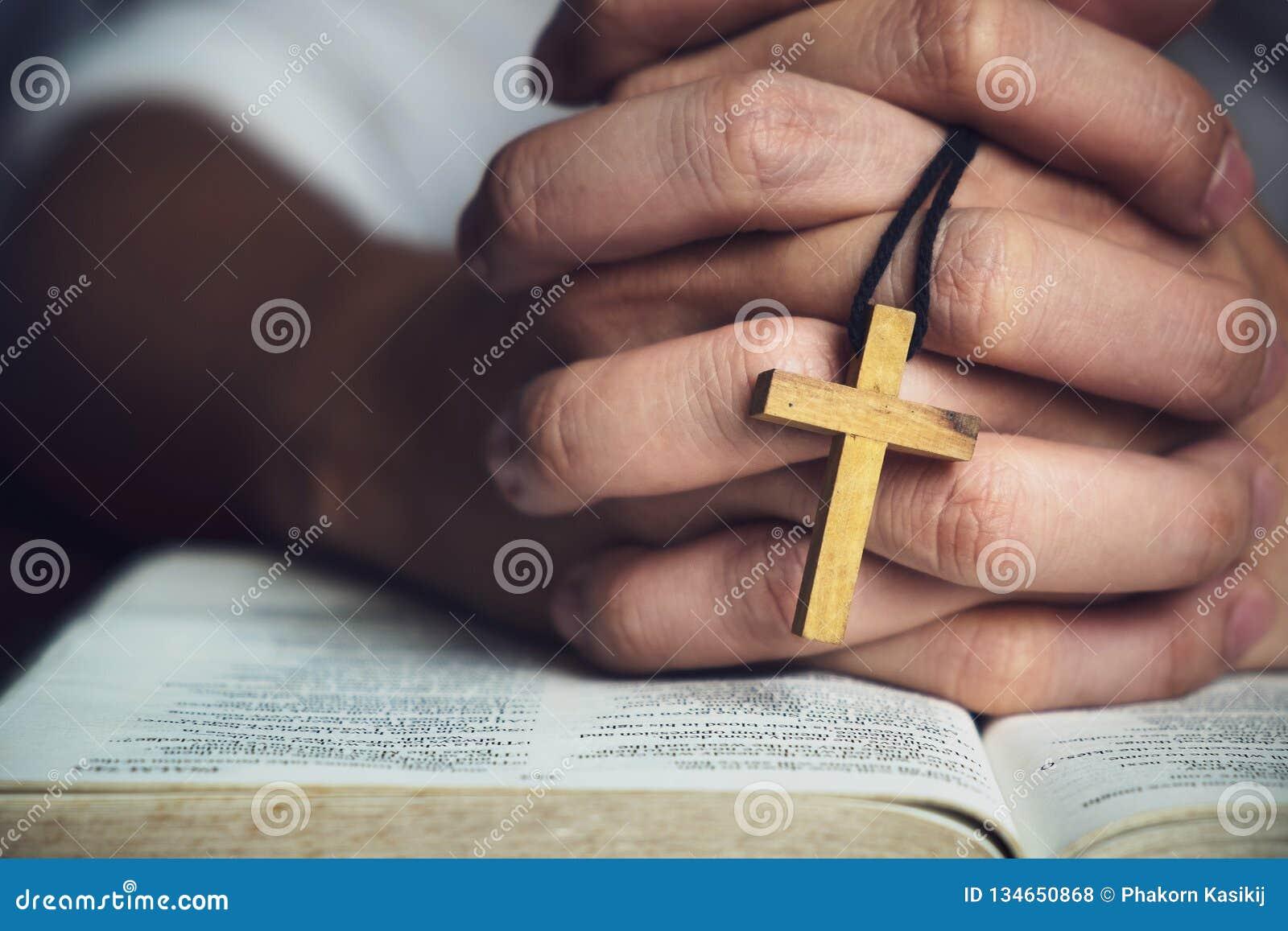 Homme priant à Dieu avec une bible dans la dévotion de matin