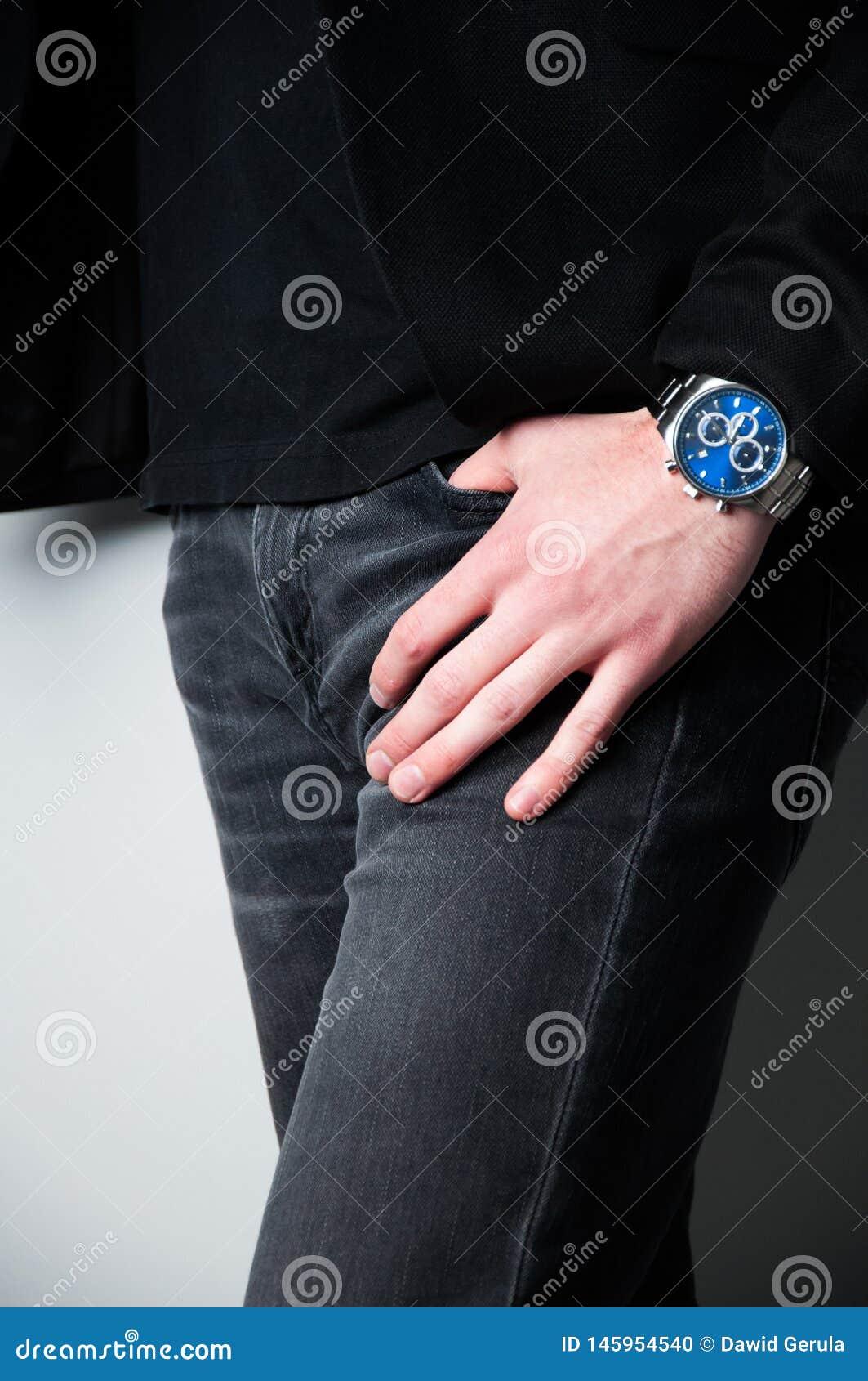 Homme principal cultiv? dans le blazer noir avec la main dans la poche des jeans